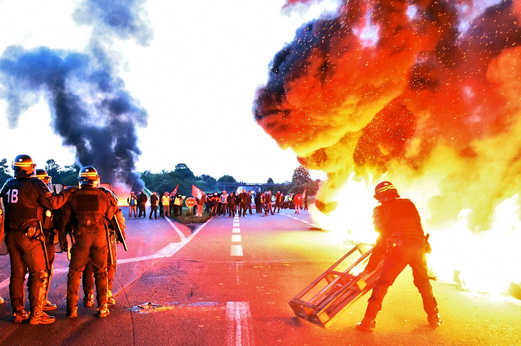 La policía antidisturbios se prepara para dispersar a los trabajadores de una refinería que sostienen un bloqueo del depósito de petróleo de Douchy-les-Mines para protestar contra las reformas laborales propuestas por el gobierno  AFP PHOTO / FRANCOIS LO PRESTI