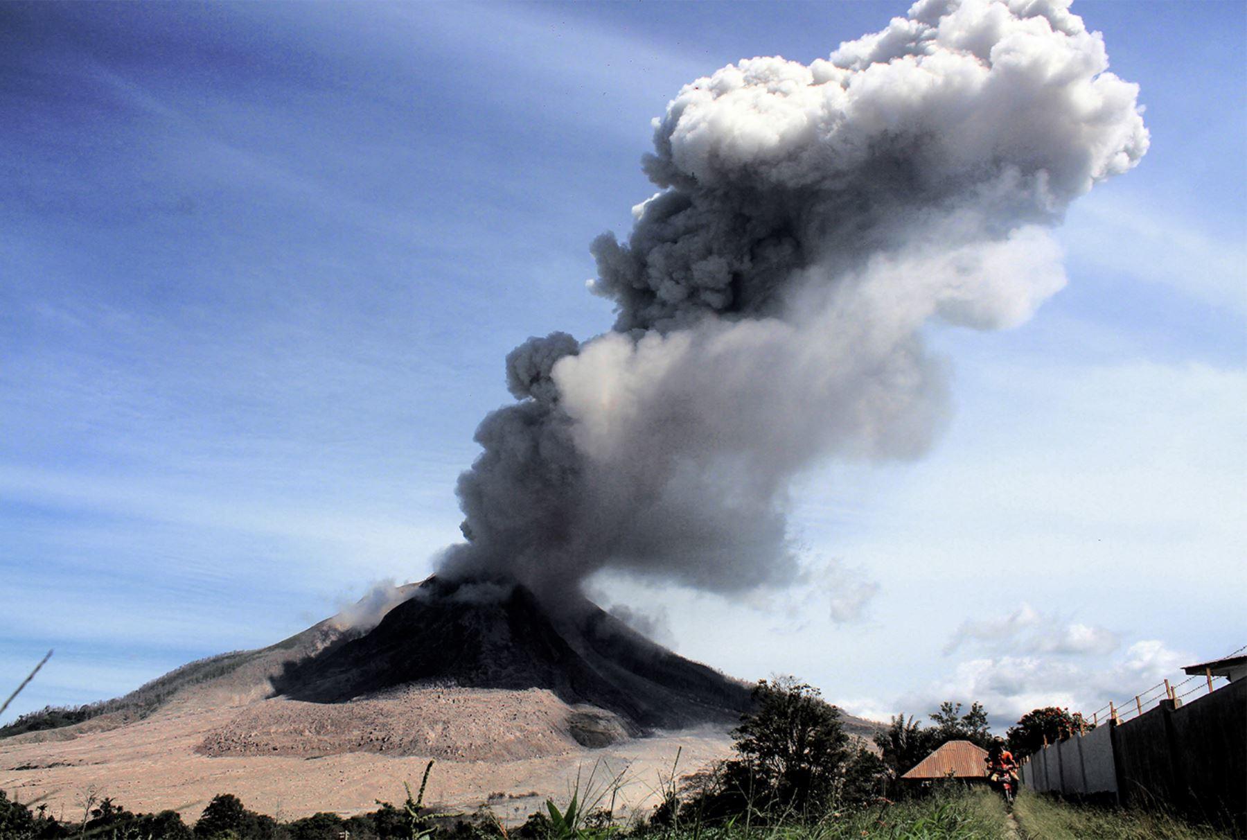 Volcán Sinabung arroja cenizas al aire en el distrito de Karo en la provincia de Sumatra del Norte  AFP PHOTO / GATHA Ginting