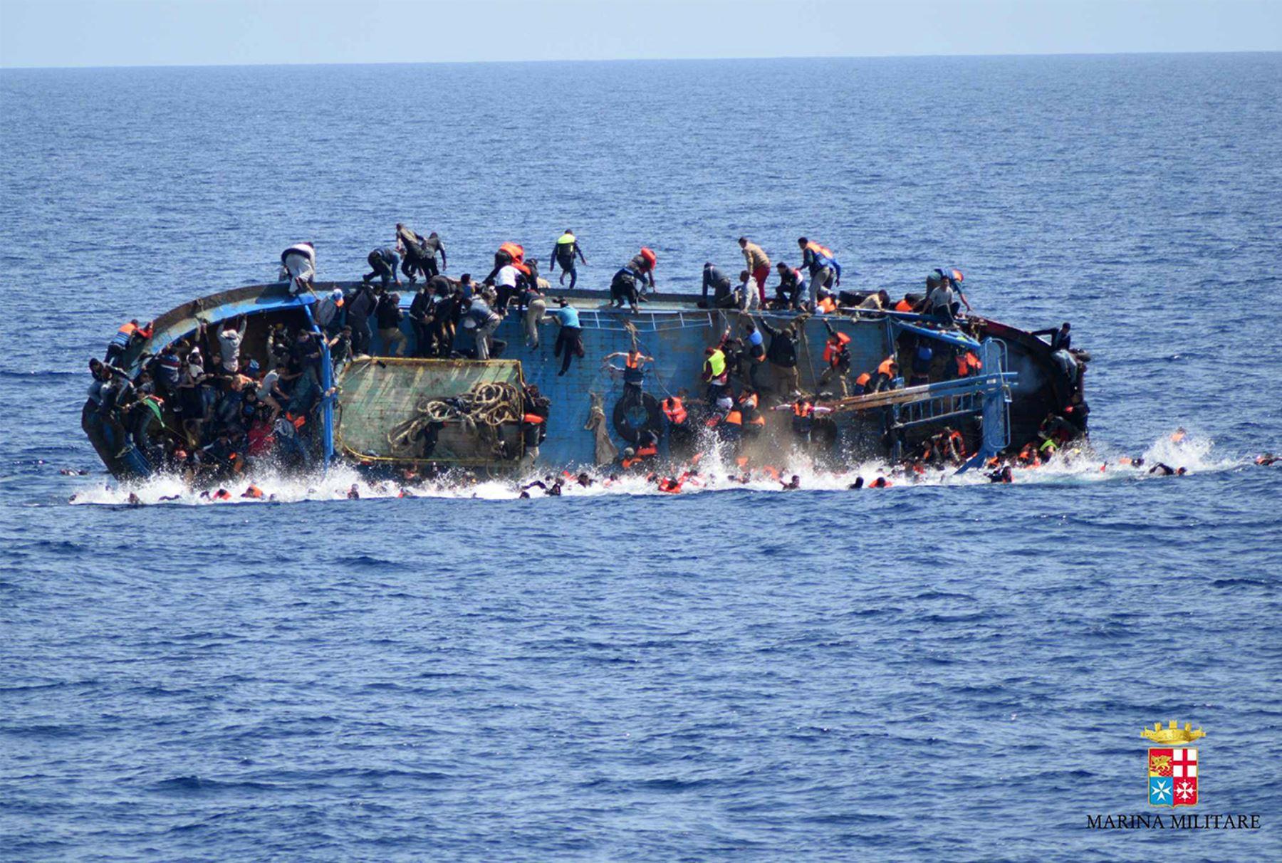 Naufragio de una embarcación sobrecargada de migrantes frente a la costa de Libia. Al menos siete personas se ahogaron después de que el barco sobrecargado se volcara.  AFP PHOTO / MARINA MILITARE