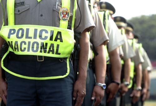 Policías no deben distraerse con los celulares durante su trabajo. Foto: Andina