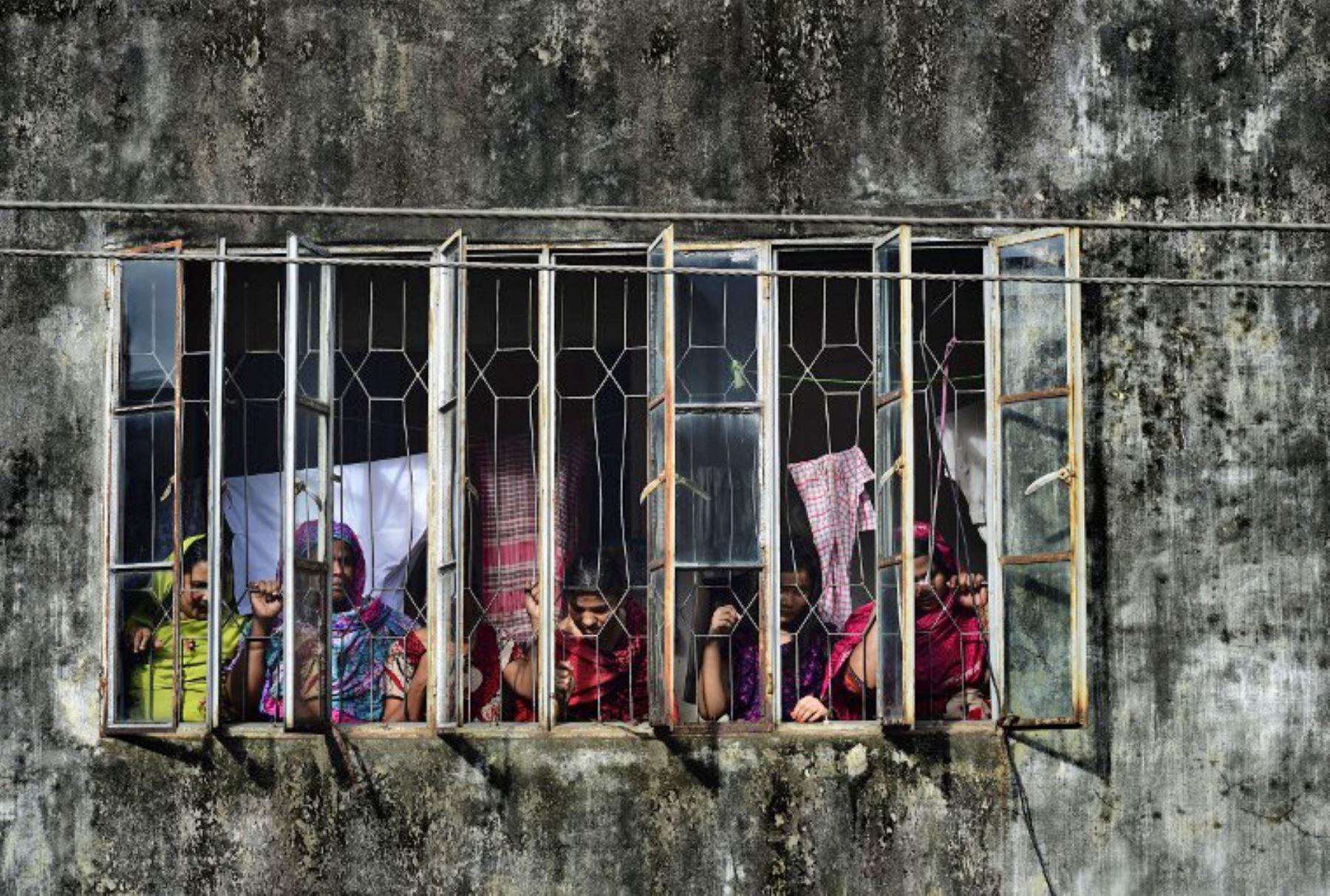 Pobladores se reúnen cerca de la casa donde la policía mató a nueve presuntos extremistas islámicos en Dhaka. Foto: AFP