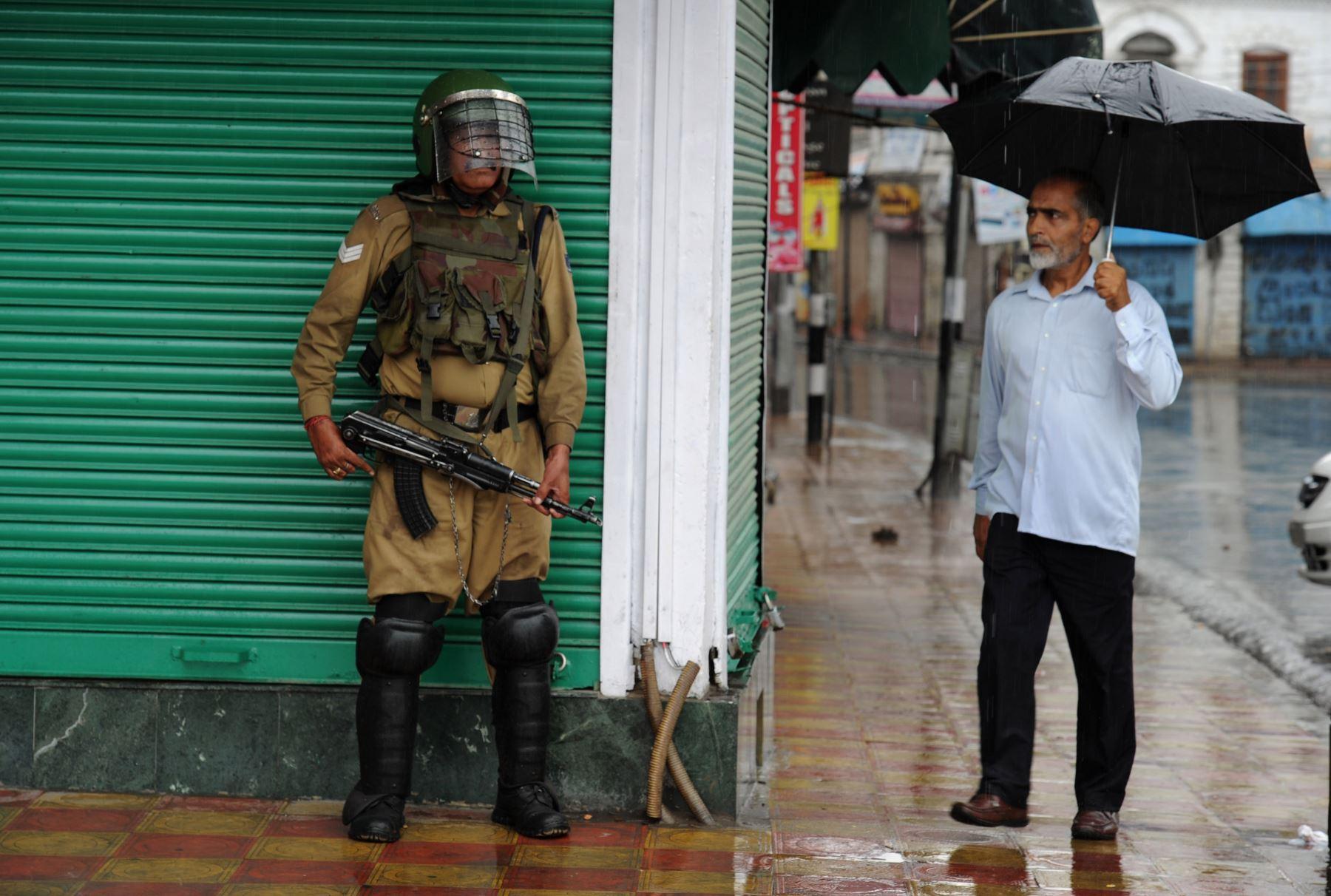 Un musulmán de Cachemira mira un soldado paramilitar indio durante el toque de queda en Srinagar. Foto: AFP