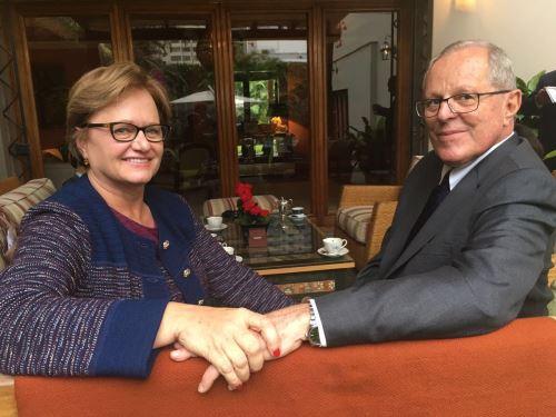 Electo mandatario, Pedro Pablo Kuczynski, junto a su esposa, Nancy Lange. Foto: Twitter @ppkamigo