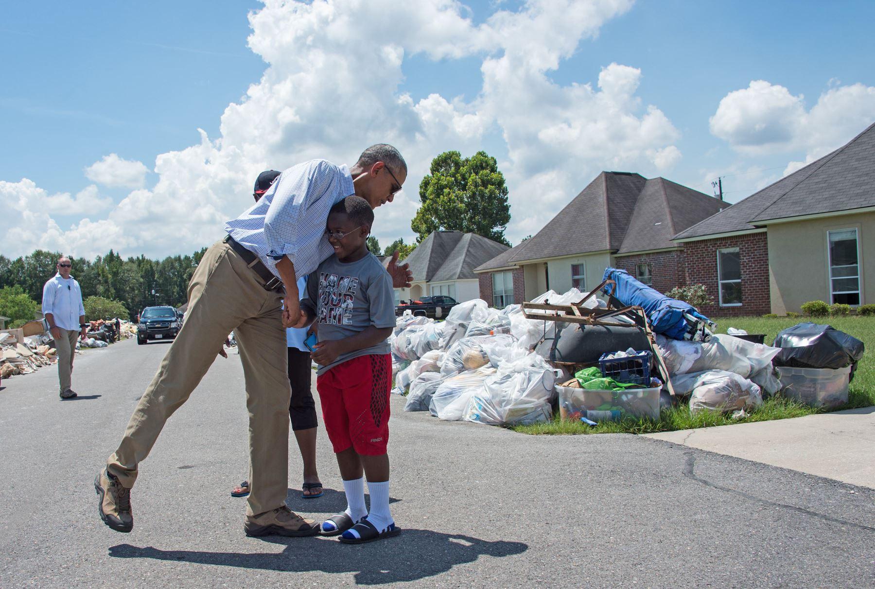 El presidente estadounidense Barack Obama, recorre una zona afectada por las inundaciones en Baton Rouge , Louisiana. Foto: AFP