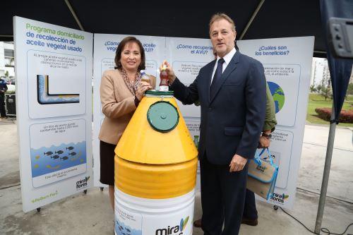 Ministra y alcalde inauguran programa para que aceite vegetal usado sea transformado en biodisel. Foto: Difusión