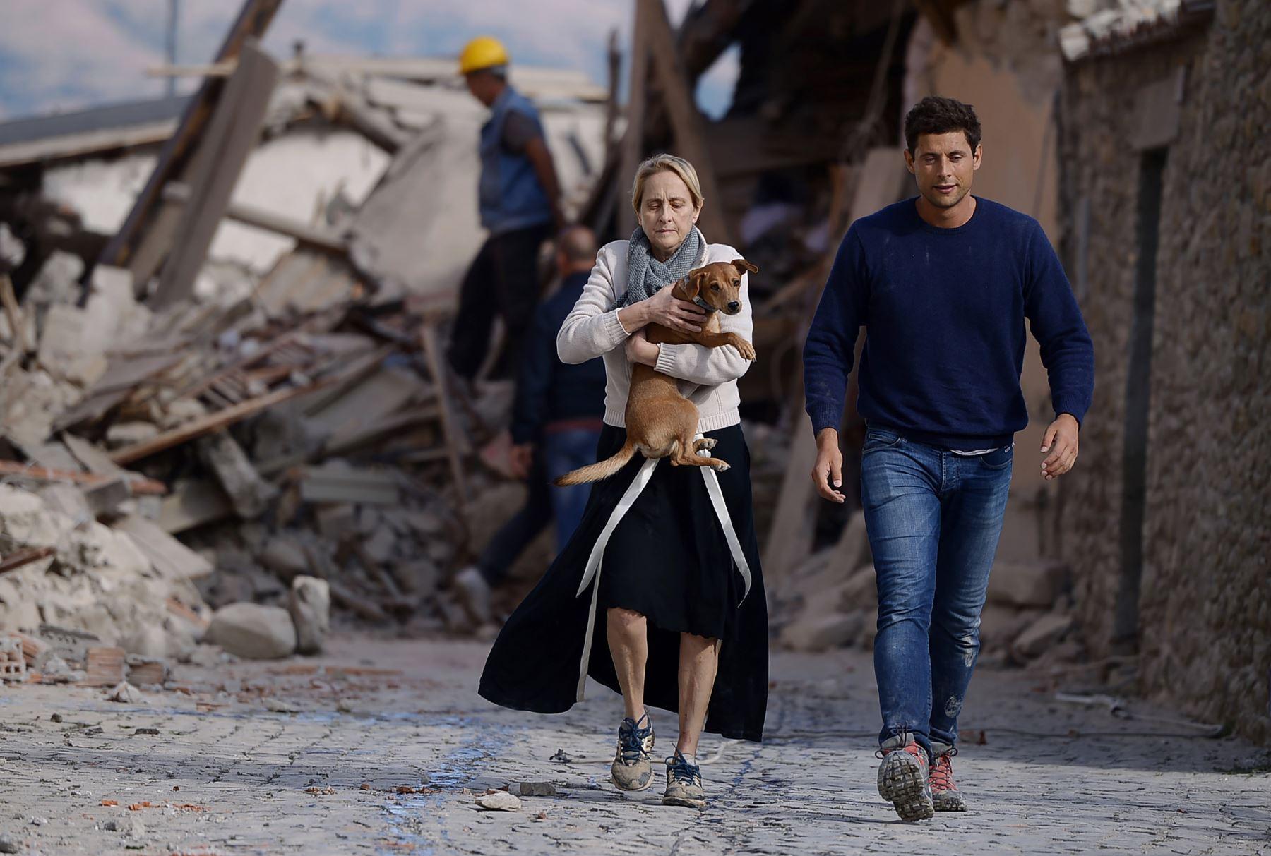 Decenas de muertos en el devastador sismo que sacudió la madrugada del miércoles dos regiones del centro de Italia. Foto: AFP