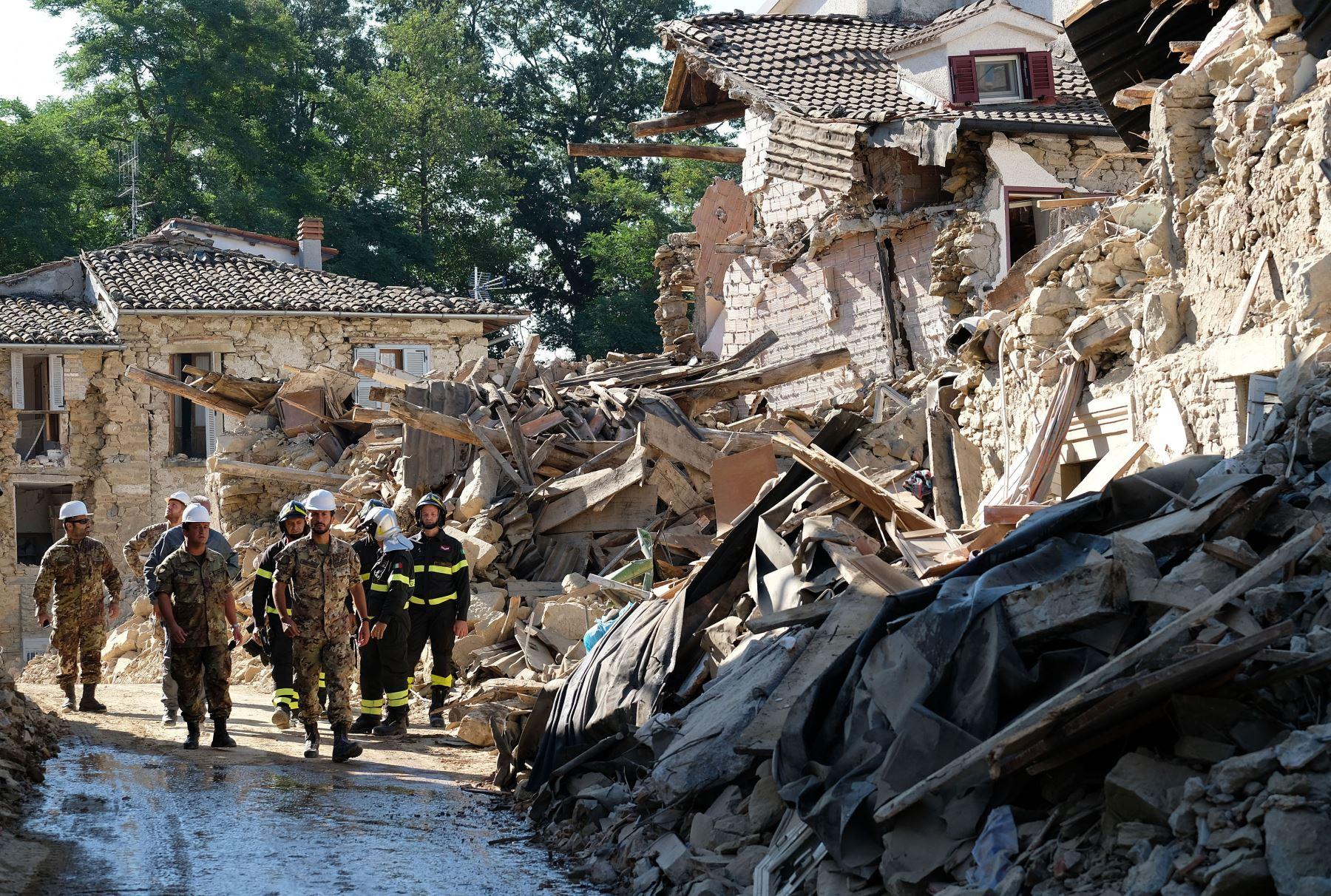 Servicios de emergencia continúan con las labores de búsqueda de víctimas del terremoto en Amatrice, Italia. Foto: AFP