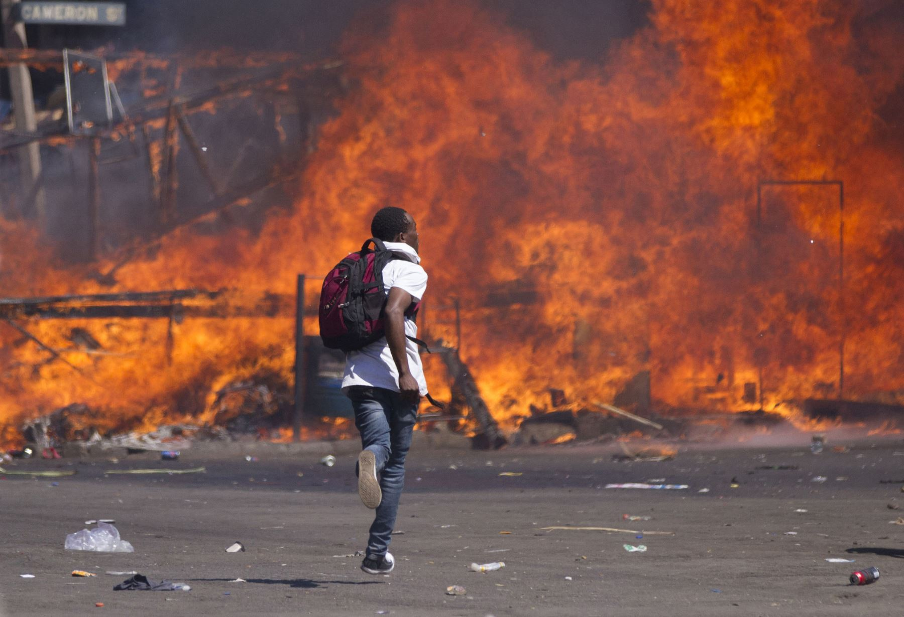 partidarios de la oposición de Zimbabwe establecieron una barricada ardiendo, ya que chocan con la policía durante una protesta por las reformas electorales en  Harare, Zimbabwe. Foto: AFP