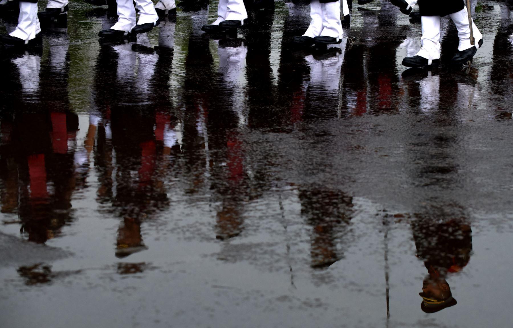 cadetes femeninos indios se reflejan en un charco de agua de lluvia, mientras ensayan  ejercicios durante la lluvia en  la Academia de Formación en Chennai. Foto: AFP