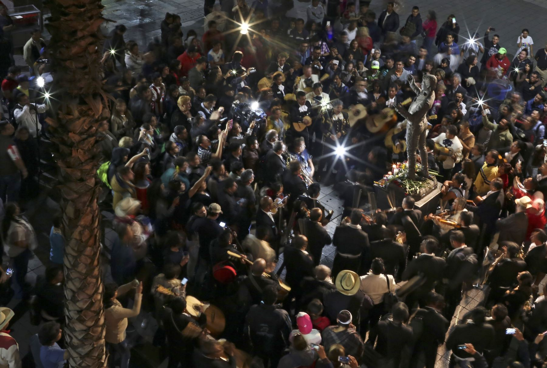 """Mexicanos rinden homenaje alrededor de la estatua del cantante """"Juan Gabriel """" en la Plaza Garibaldi. Foto: AFP"""