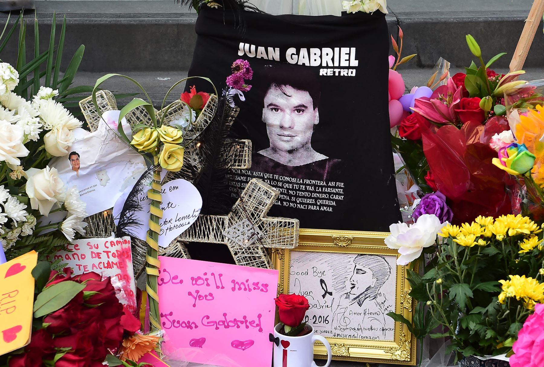 La gente se reúne en el Paseo de la fama en Hollywood en homenaje al cantante Juan Gabriel. Foto: AFP
