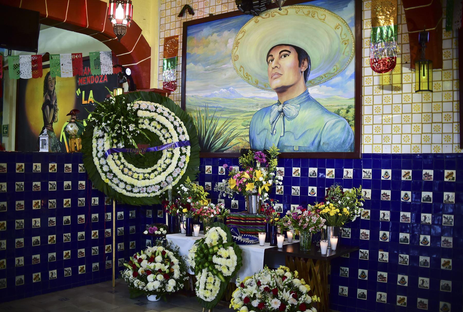 Mural con flores que representa al difunto cantante mexicano Juan Gabriel en México. Foto: AFP