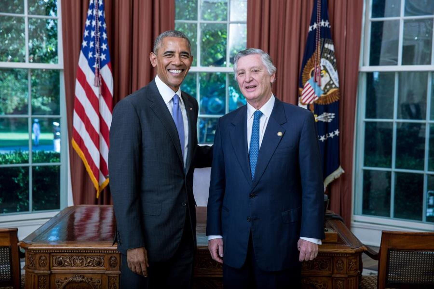 Presidente de Estados Unidos, Barack Obama y embajador peruano en ese país, Carlos Pareja. Foto: Difusión.