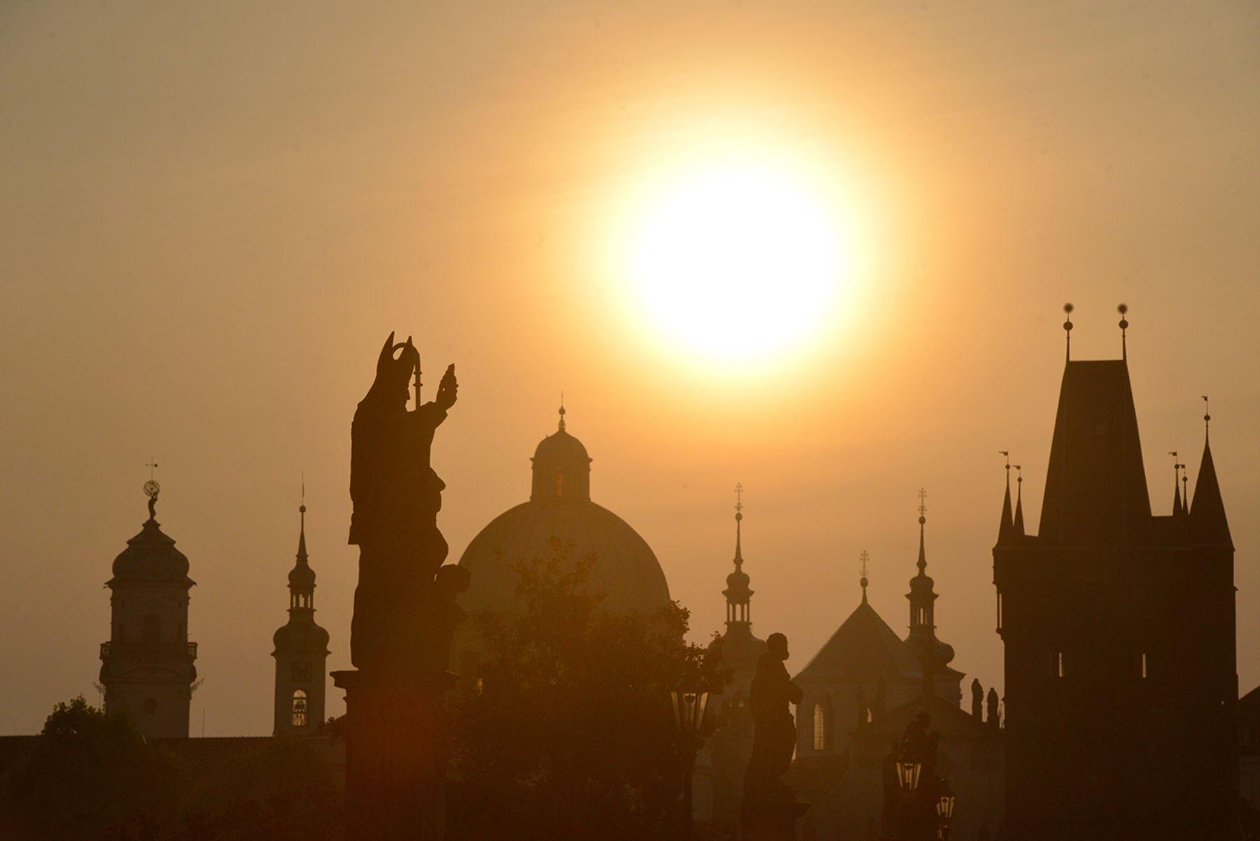Las siluetas de las estatuas y los edificios se ven desde la madrugada del puente de Charles el 24 de septiembre de 2016, en Praga.  FOTO AFP / Michal Cizek