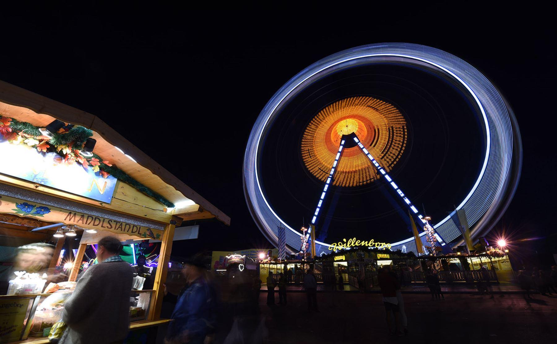 Una foto muestra la rueda de la fortuna en el recinto ferial donde se celebra el Oktoberfest en Munich   AFP PHOTO / CHRISTOF STACHE