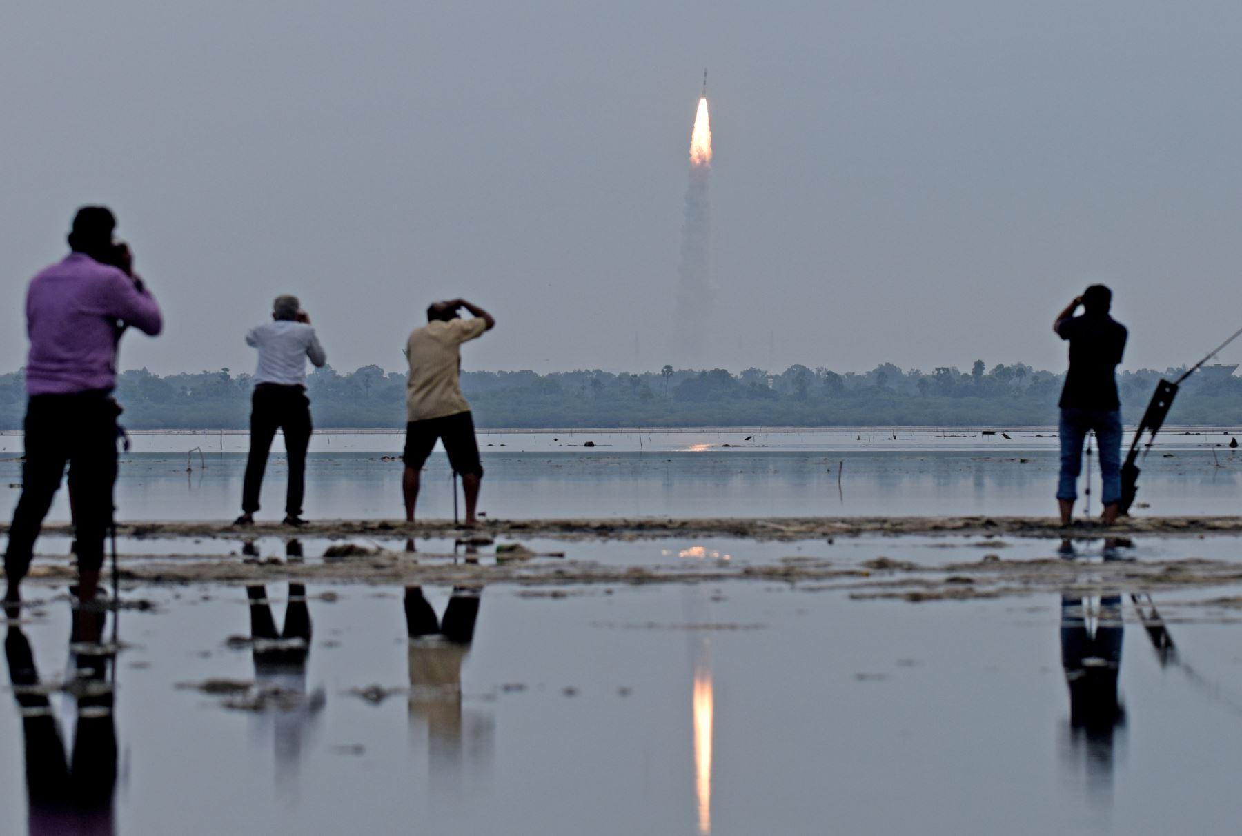 Lanzamiento del Polar Satellite Launch Vehicle (PSLV-C35), equipo que será utilizado para monitorizar los océanos y el clima en Sriharikota. Foto: AFP