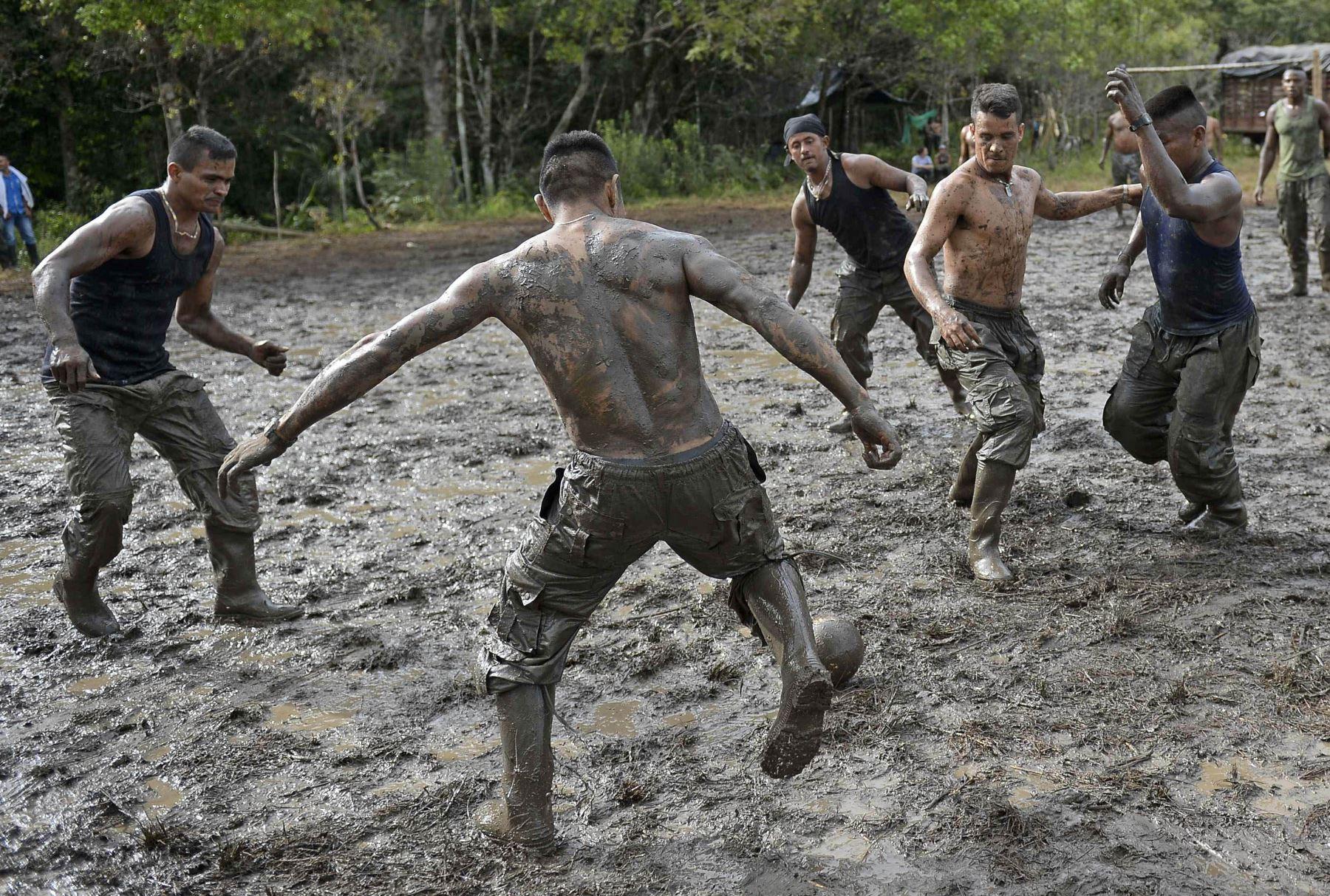 Miembros de la (FARC) juegan al fútbol en su campamento en El Diamante, departamento de Caquetá, Colombia. Foto: AFP