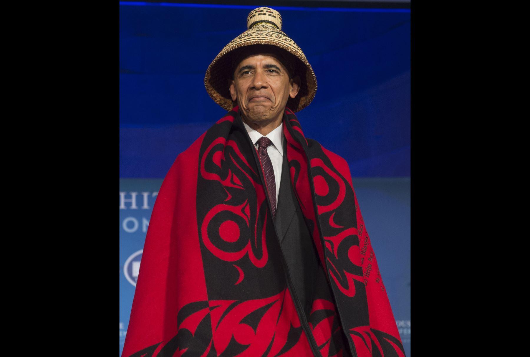 El presidente estadounidense, Barack Obama lleva una manta tradicional y el sombrero en la Conferencia de las Naciones en Washington. Foto: AFP