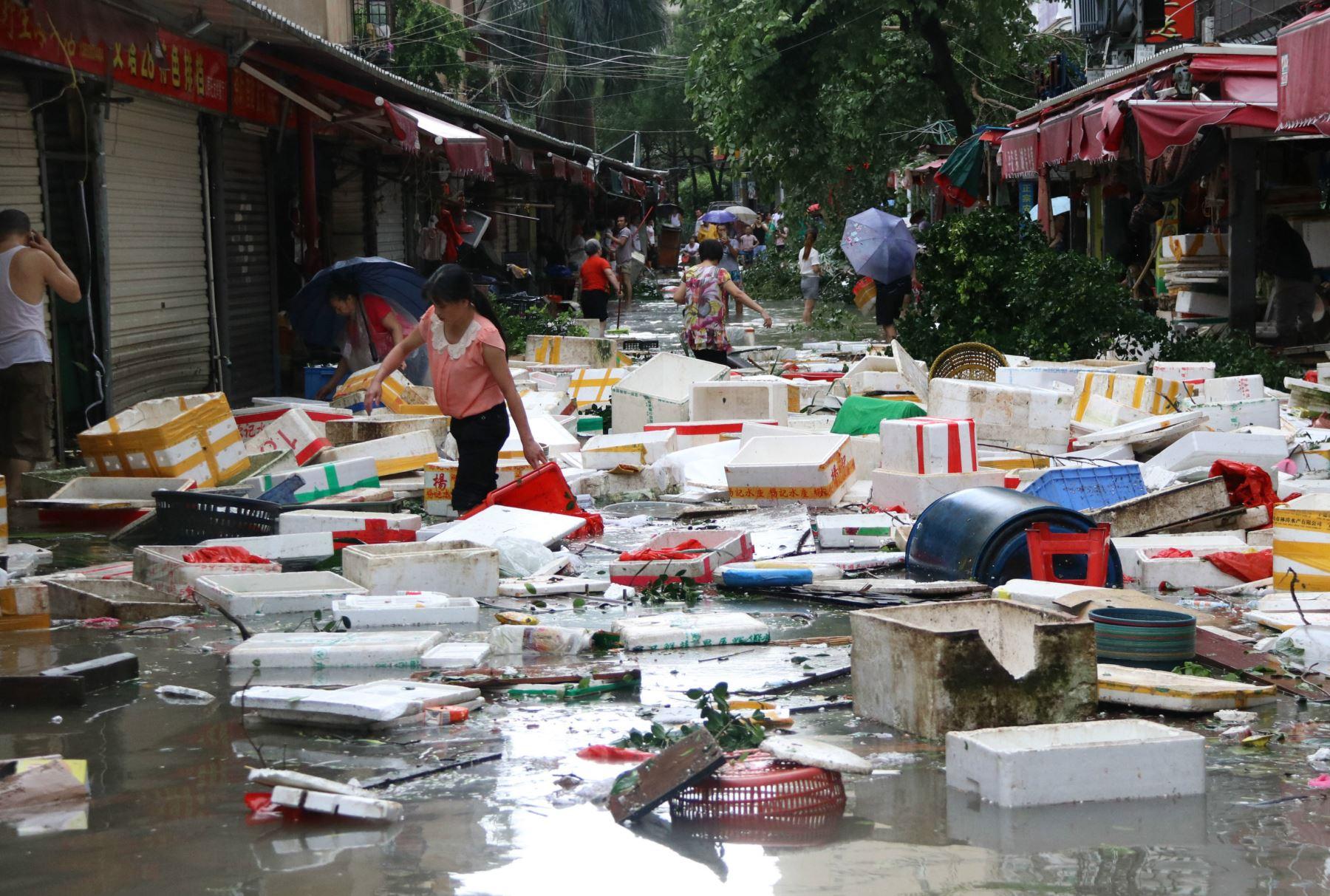 El tifón Megi ha causado al menos cuatro muertos y numerosos daños a los servicios e infraestructura a su paso por Taiwán. Foto: AFP