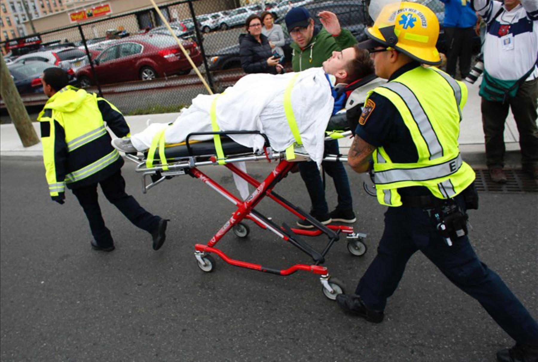 Más de 100 heridos al chocar un tren en una estación de EE.UU. Foto: AFP