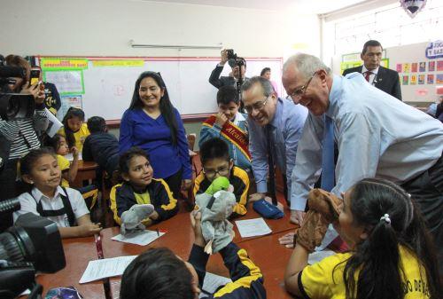 El presidente de la República, Pedro Pablo Kuczynski, participó en el reconocimiento al colegio María Parado de Bellido. Foto: ANDINA/ Dante Zegarra