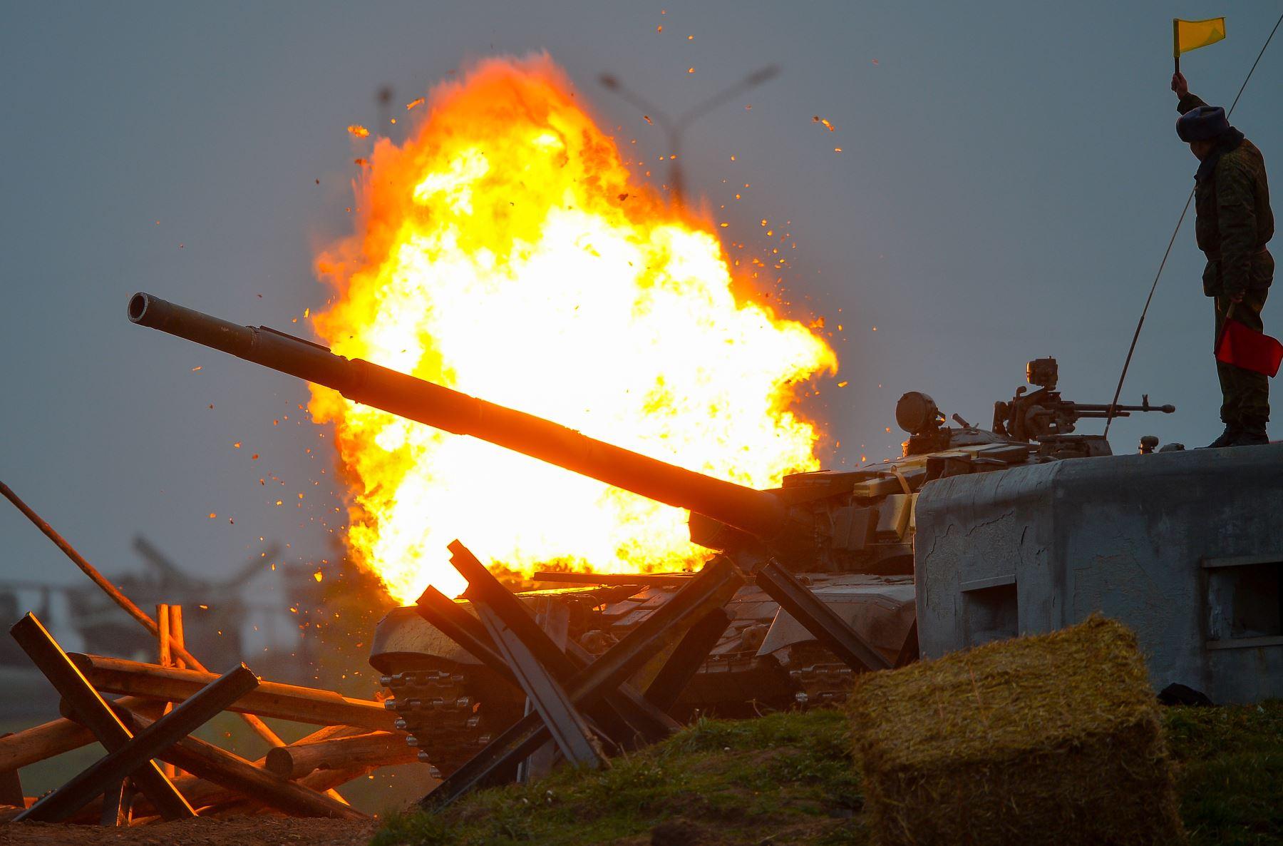 incendios de tanques T-72 A Belarús durante una competición de biatlón depósito en el Museo Línea Stalin, en las afueras de Minsk. AFP