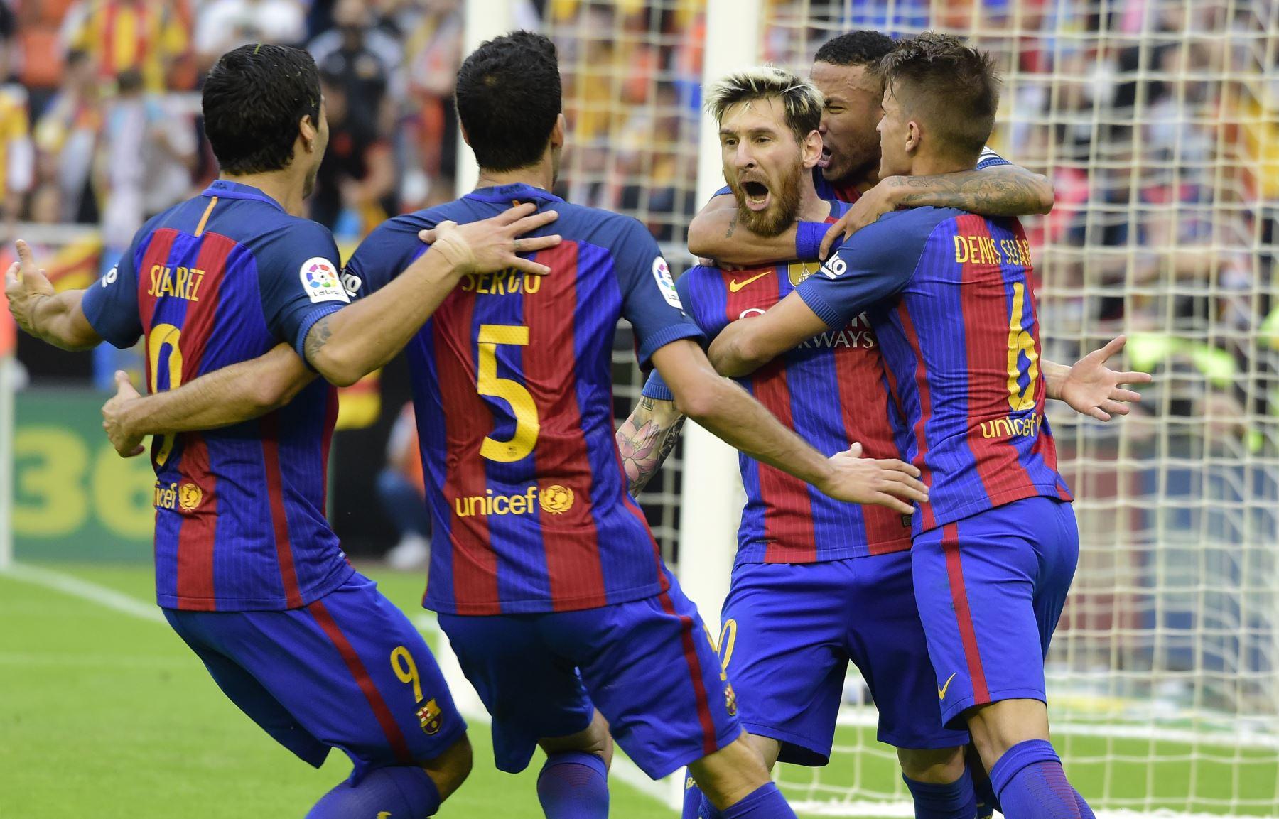 Lionel Messi  celebra con sus compañeros de equipo tras anotar en el partido de la liga española Valencia CF vs FC Barcelona en el estadio de Mestalla en Valencia. AFP
