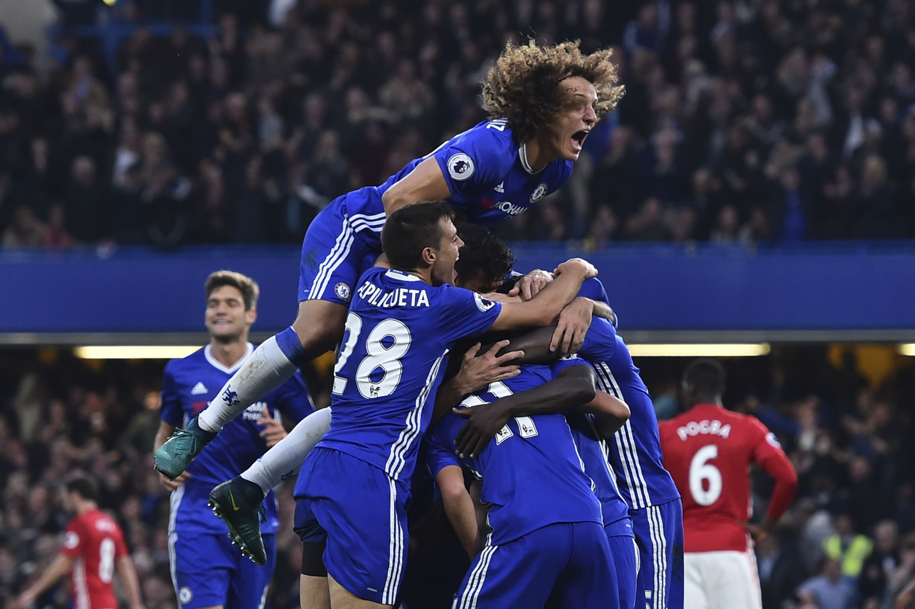 El Chelsea arrolla al United (4-0) y la igualdad se apodera de la pelea por el título