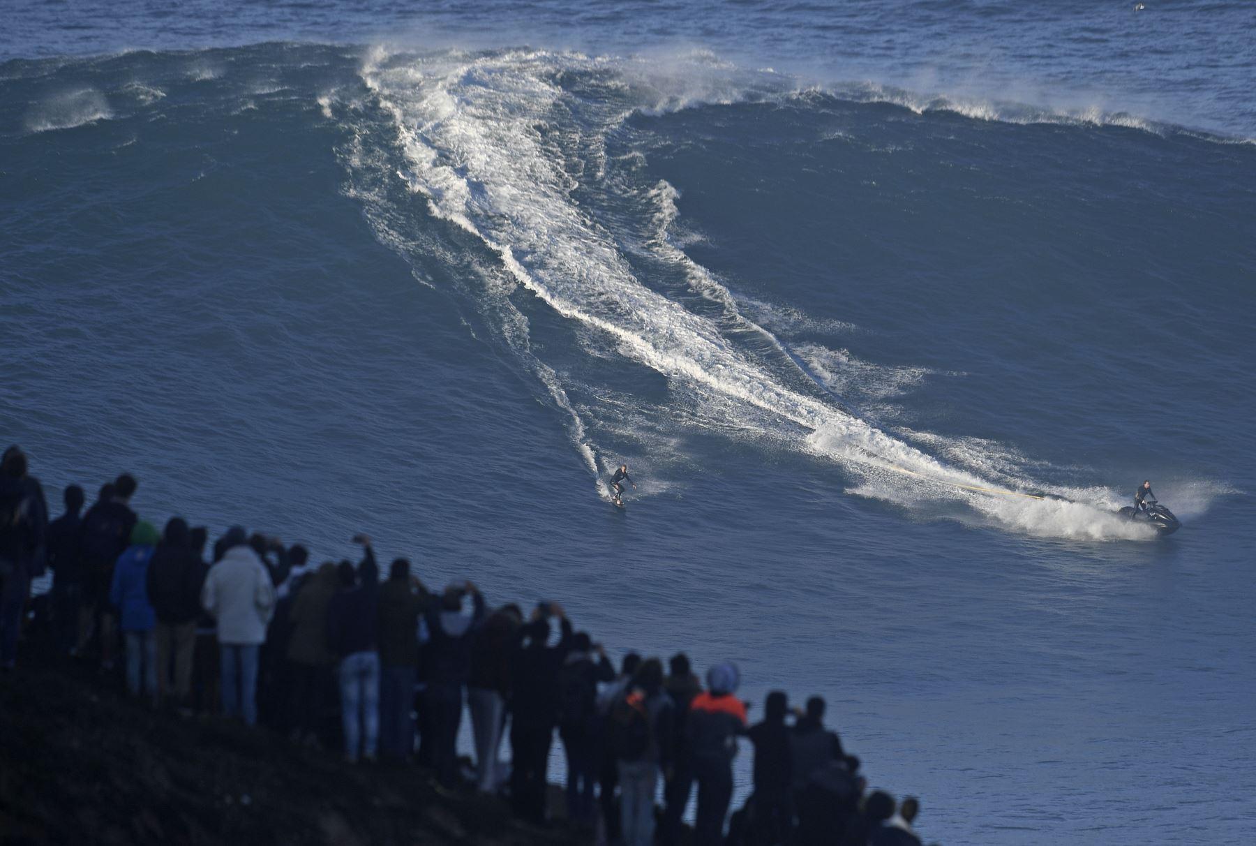 Cada año en Nazaré, localidad situada unos 100 km al norte de Lisboa, en su costa se producen las olas más grandes del mundo. Foto: AFP