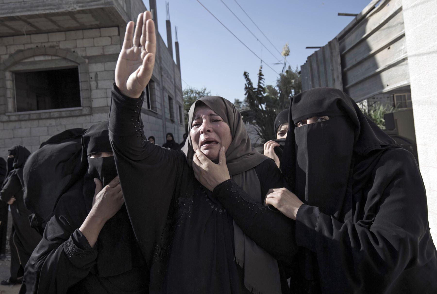 Familiares de Amir Abu Jaber Taimeh, lloran durante su funeral en Khan Yunis, en el sur de la Franja de Gaza. Foto: AFP