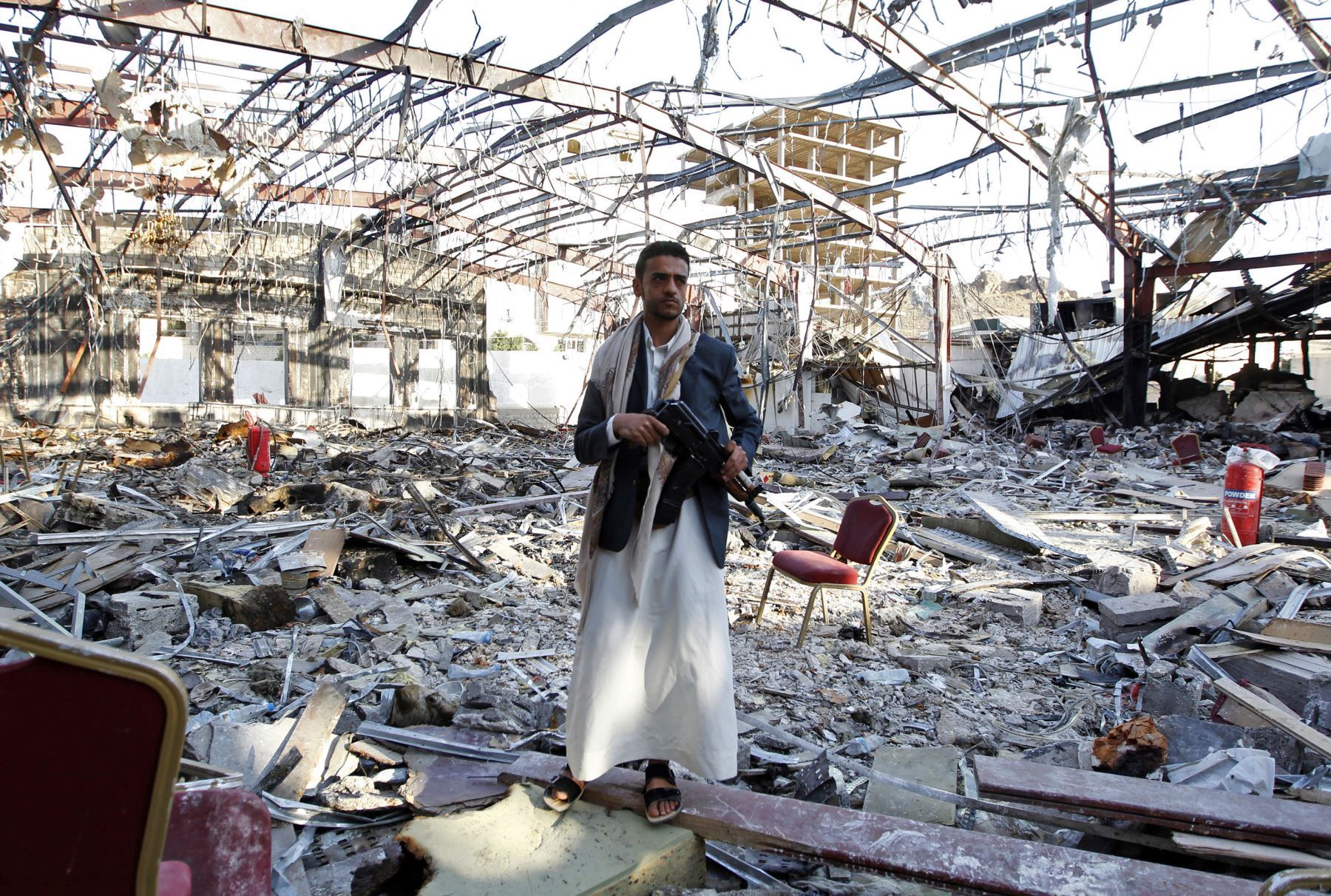 Un hombre de Yemen se encuentra en el sitio de un ataque aéreo donde murieron 140 personas. Foto: AFP