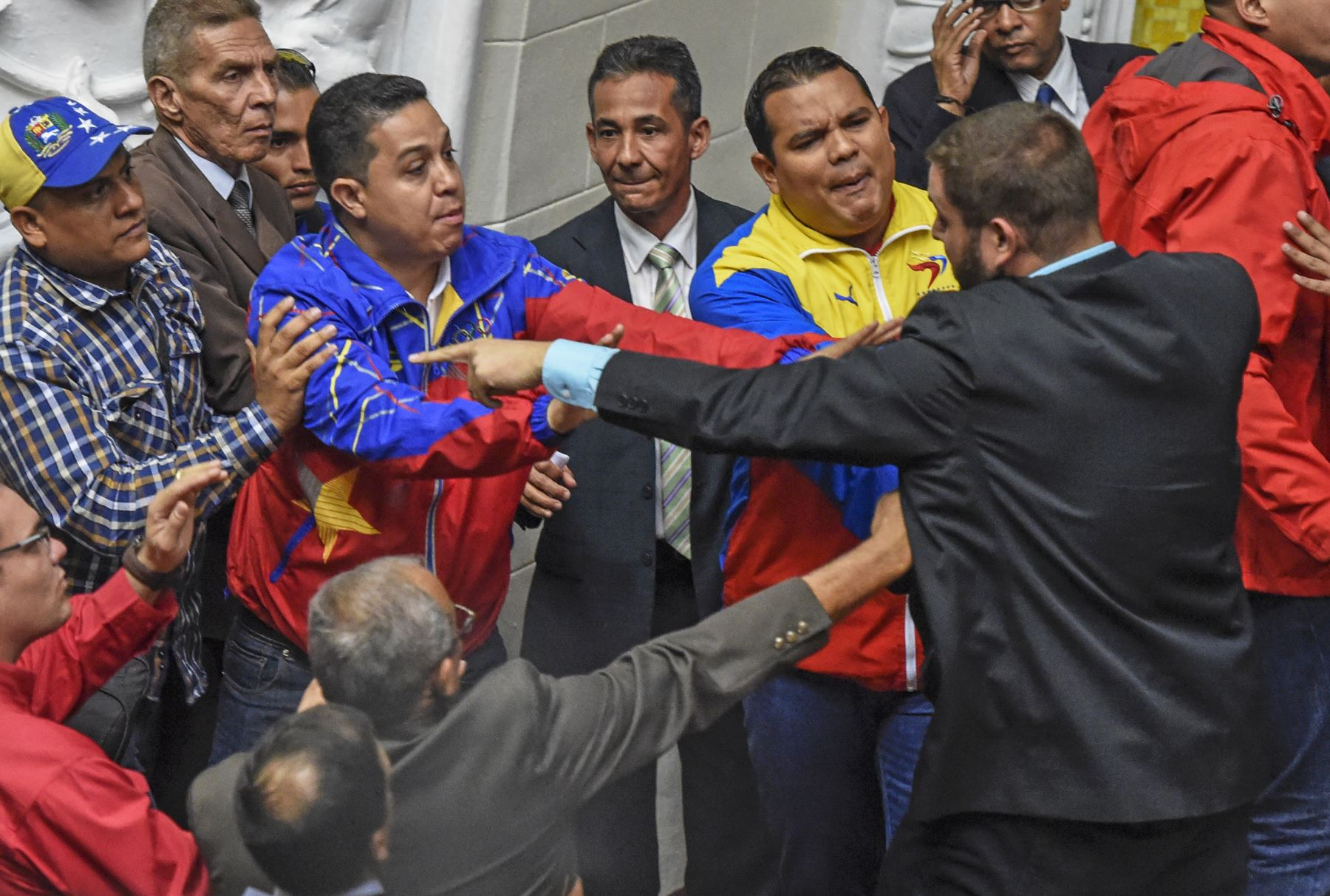 Diputados de la oposición pelean con representantes del gobierno durante una sesión especial de la Asamblea Nacional, en Caracas. Foto: AFP
