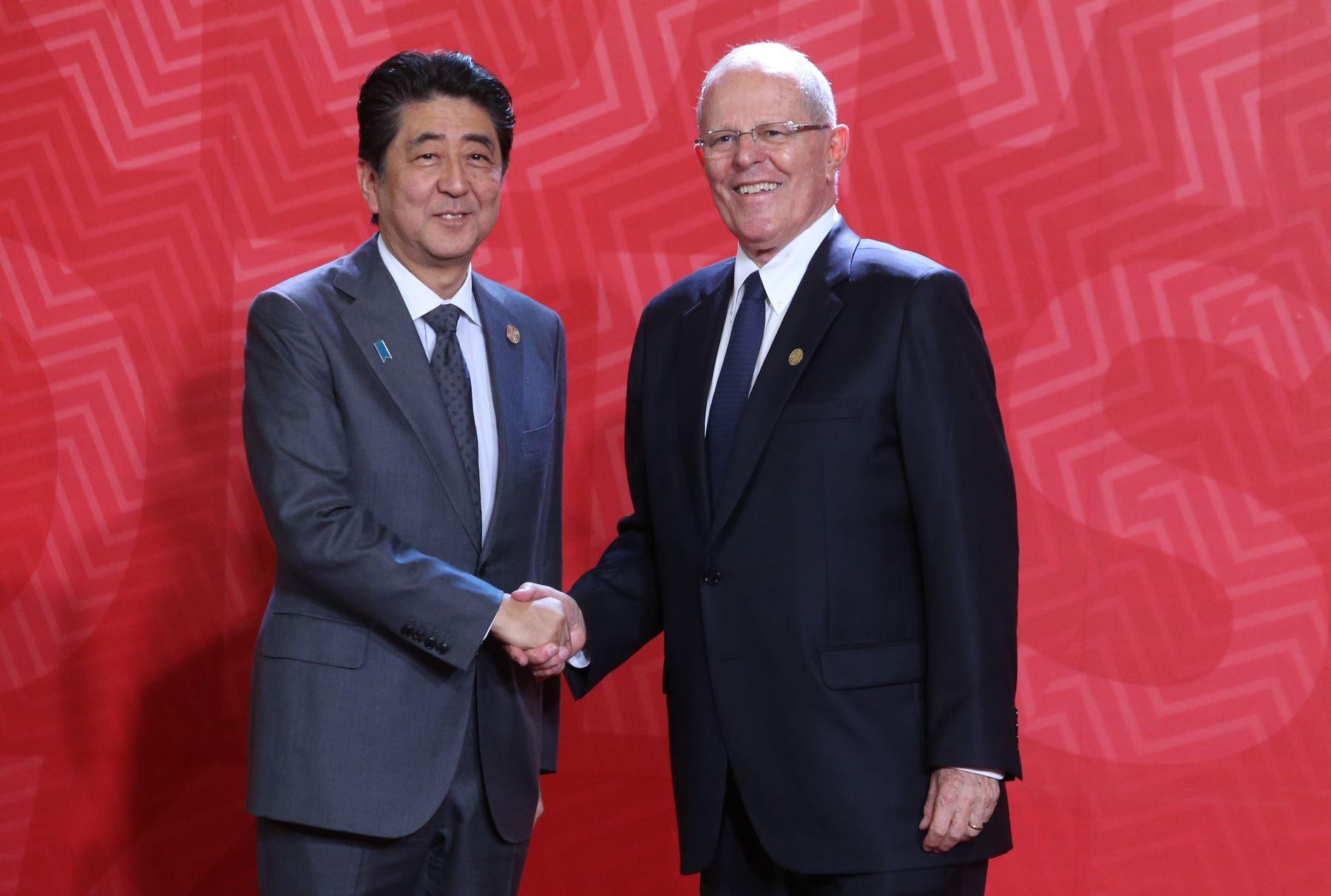 LIMA PERÚ, NOVIEMBRE 19. Presidente Pedro Pablo Kuczynski da la bienvenida al Primer Ministro de Japón, Shinzo Abe a la Cumbre APEC 2016. Foto: ANDINA/Melina Mejía