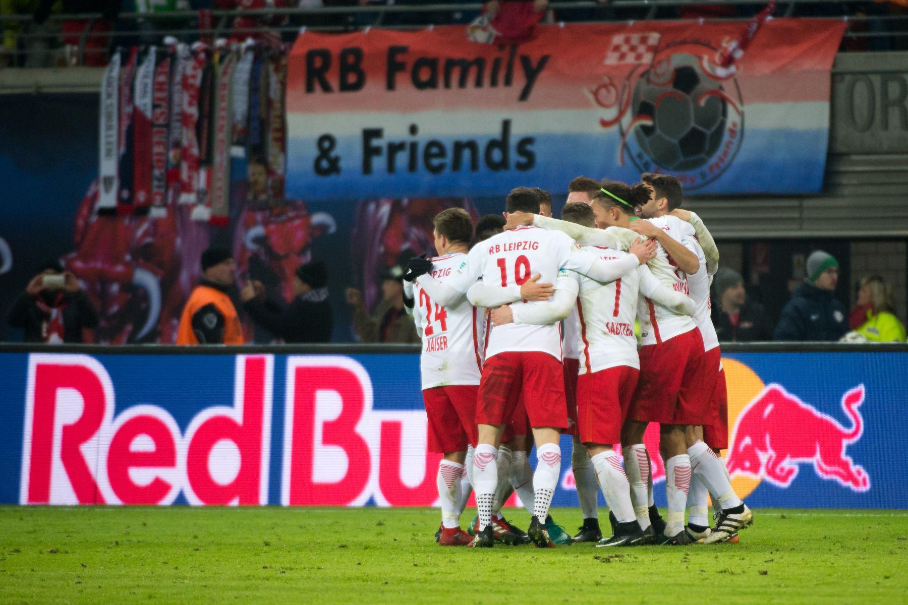 Leipzig bate al Schalke (2-1) y mantiene al Bayern a tres puntos