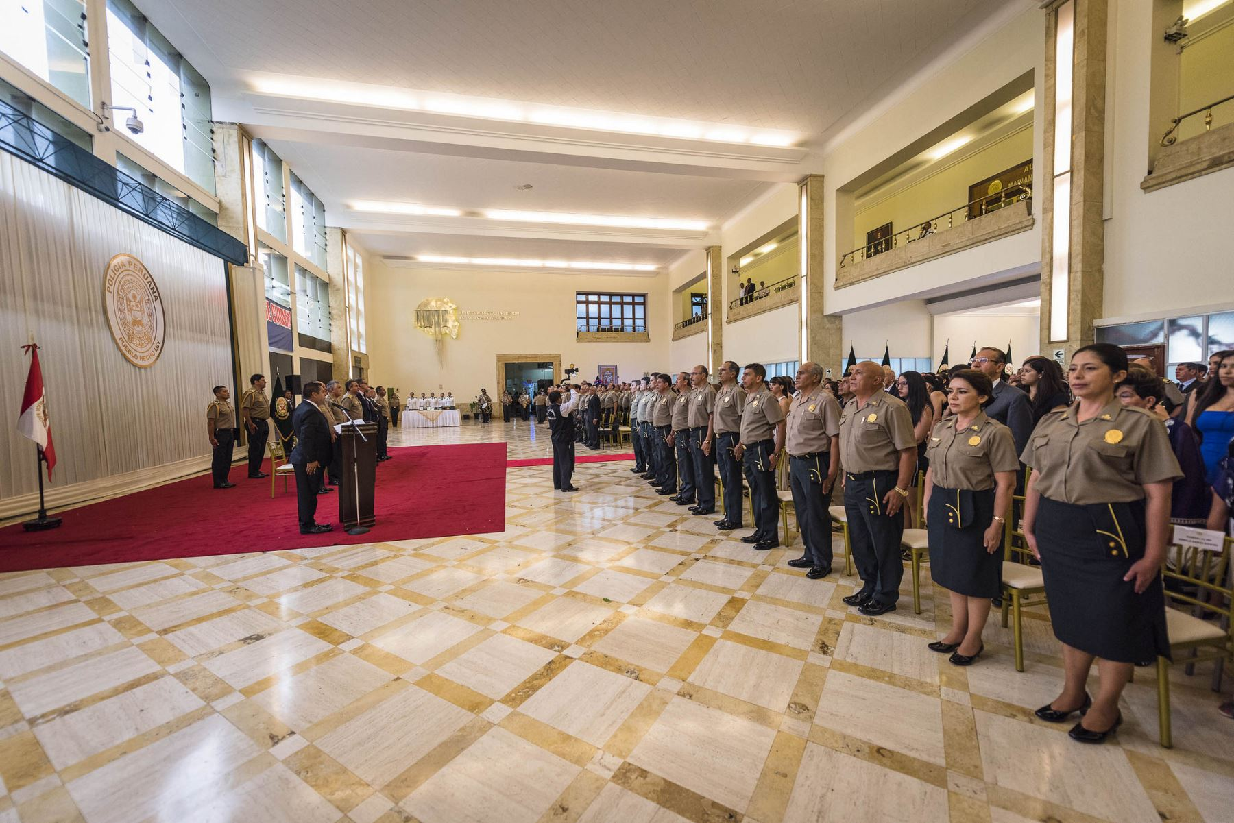 Ascienden a oficiales pnp a teniente general general de for Foto del ministro del interior