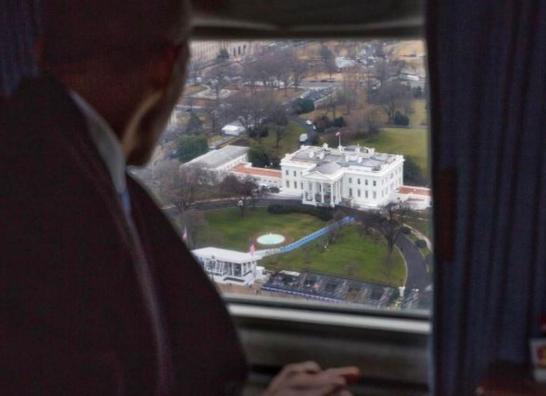 El expresidente Obama observa la Casa Blanca desde el helicóptero. Foto: Pete Souza