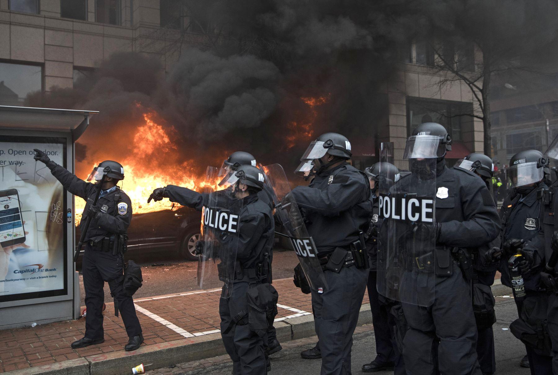 Centenares de manifestantes y la policía se enfrentaron hoy en Washington con motivo de la toma de posesión del presidente Donald Trump. Foto: AFP
