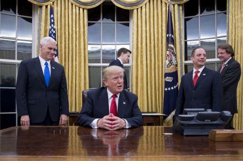 Presidente Donald Trump firma sus primeros decretos. Foto: AFP.