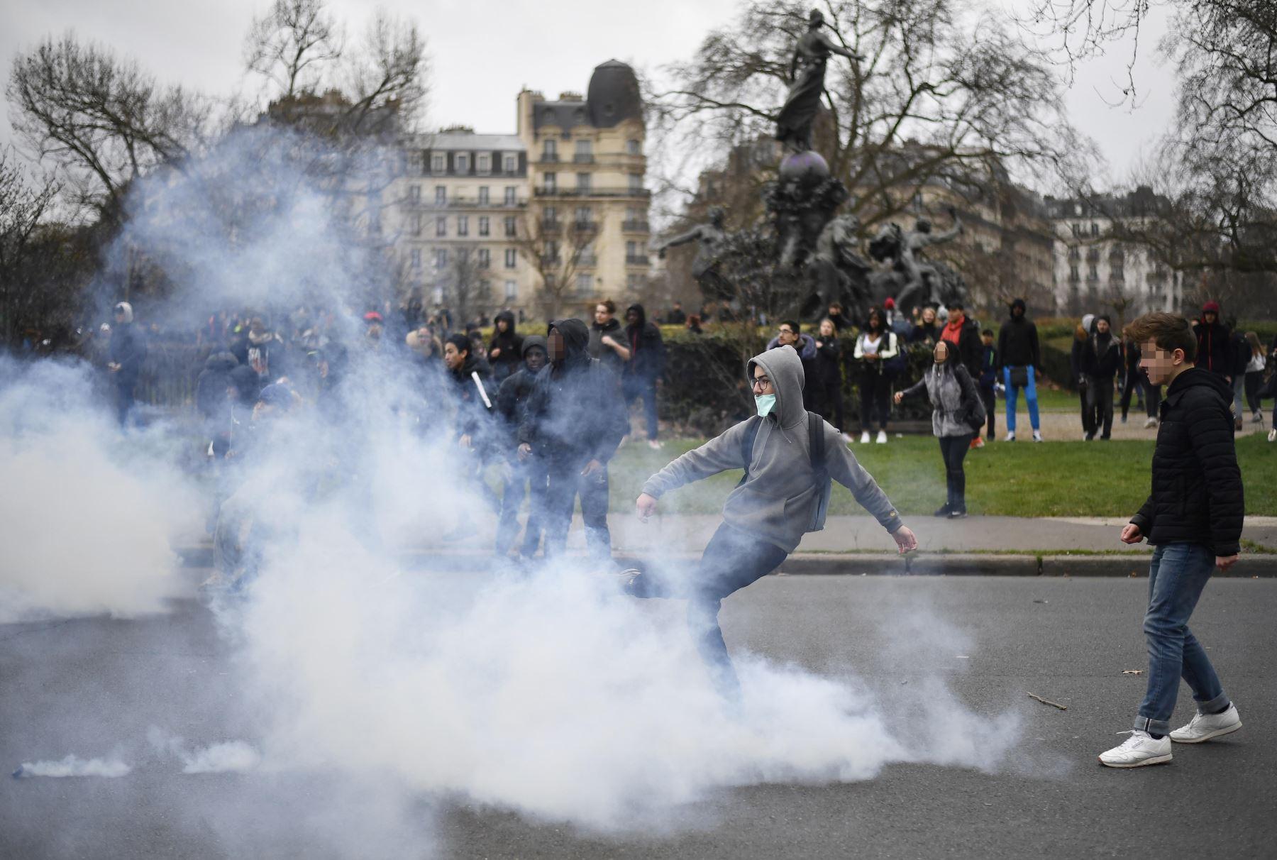 Protestas de estudiantes contra el abuso policial en París. Foto: AFP