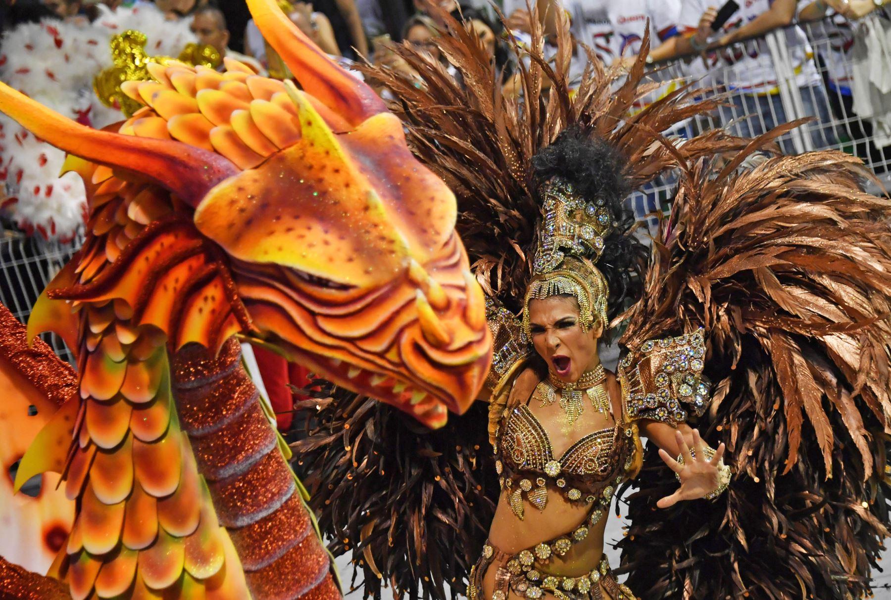 Primera noche del desfile de carnaval en el Sambódromo de Sao Paulo, Brasil. Foto: AFP