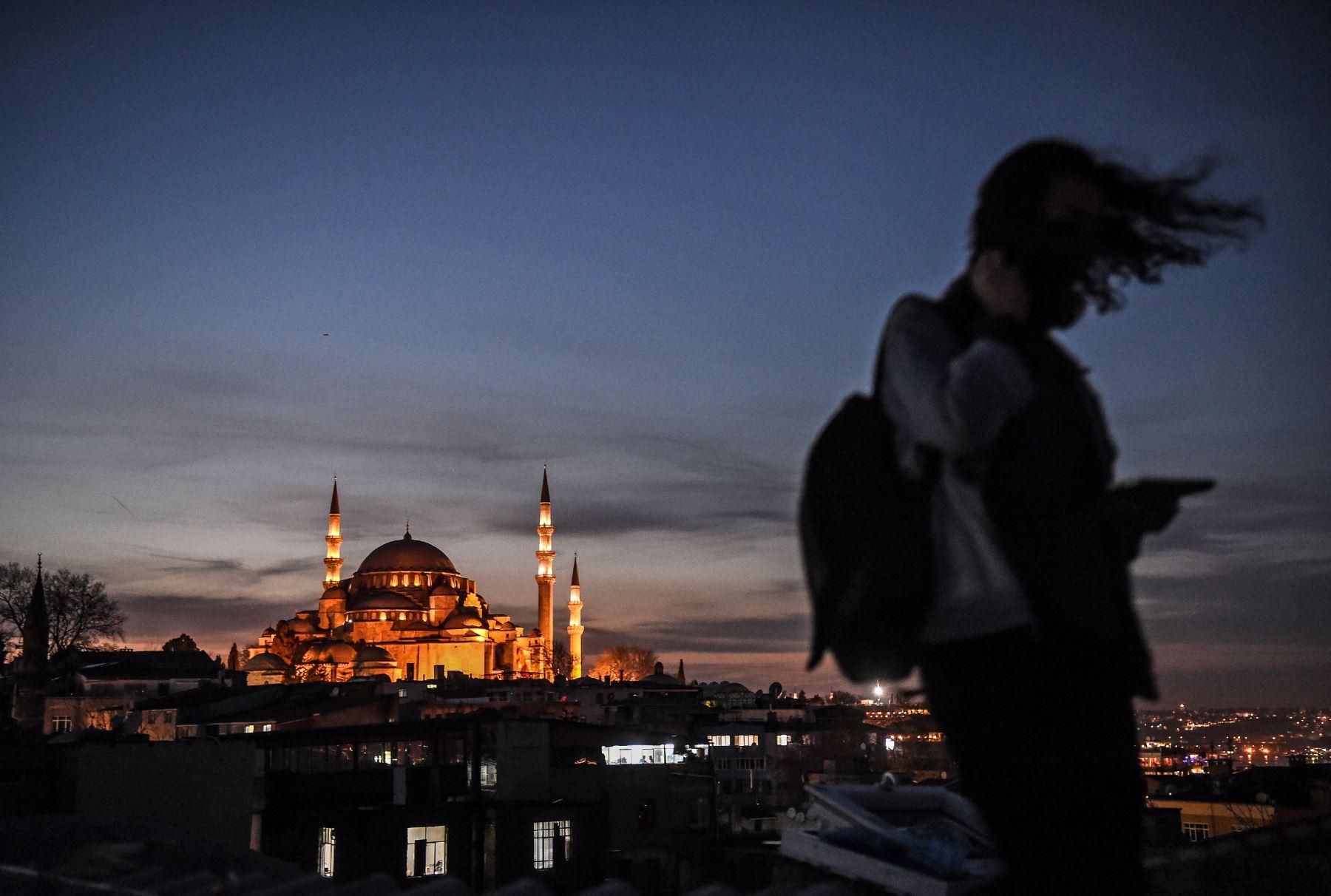 Una mujer camina sobre el techo del Buyuk Valide Han cerca a la mezquita de Suleymaniye. Foto: AFP