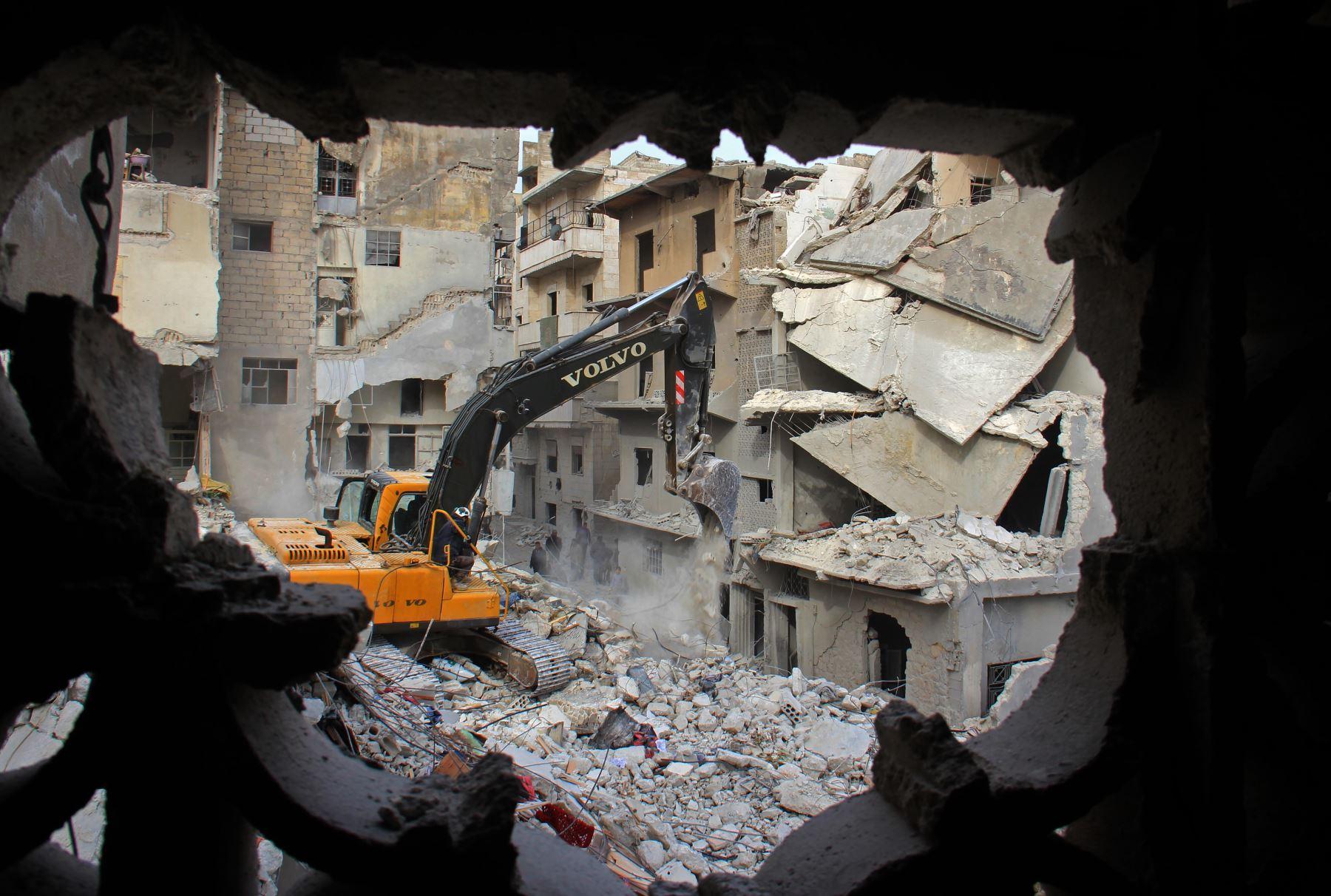 Búsqueda de sobrevivientes en medio de los escombros tras el  ataque aéreo en siria. Foto: AFP