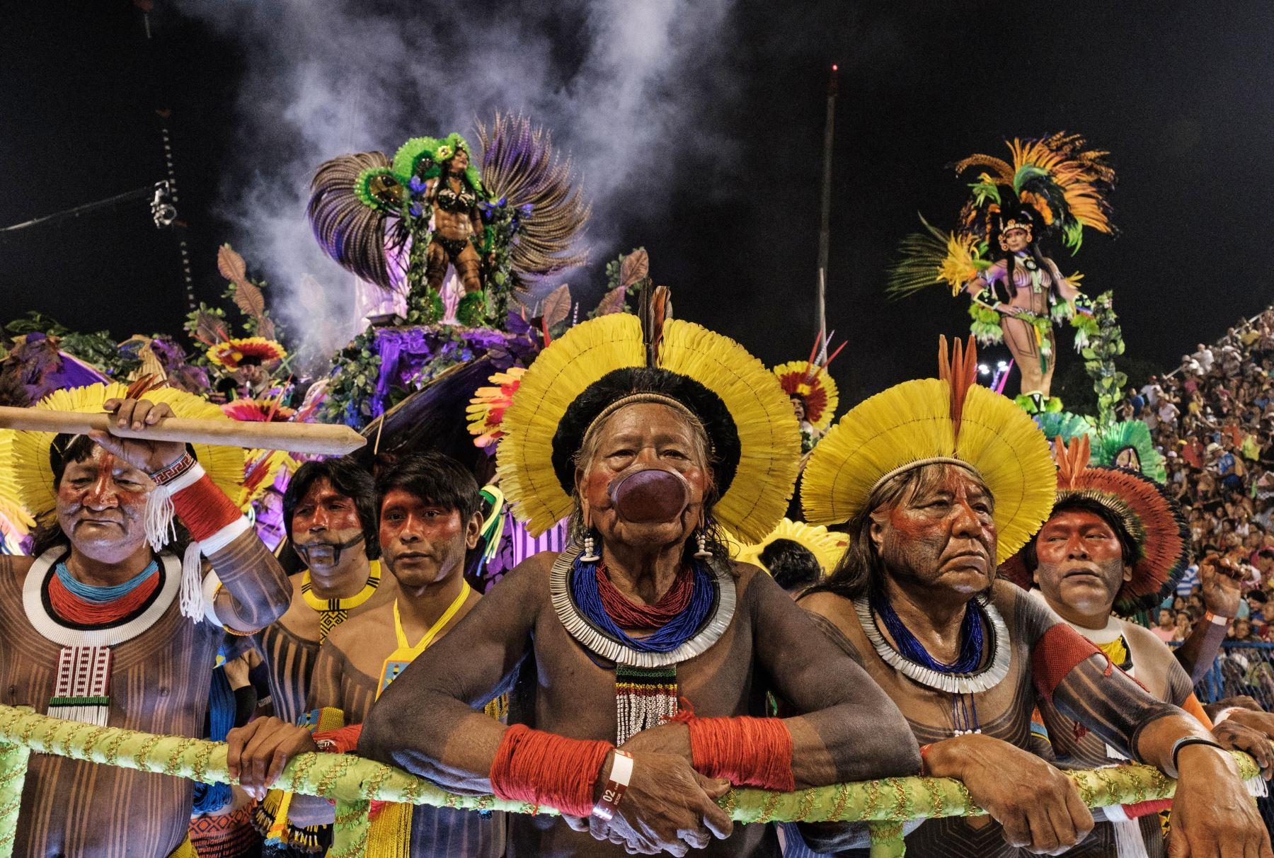 Indígenas desfilaron con la escuela de samba Imperatriz, durante la primera noche del Carnaval de Río. Foto: AFP