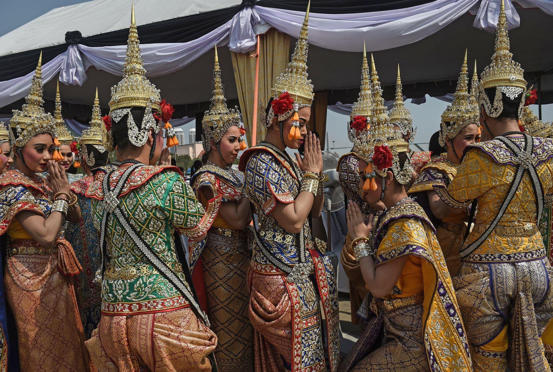 Bailarines tailandeses,participan de una ceremonia religiosa. Foto: AFP
