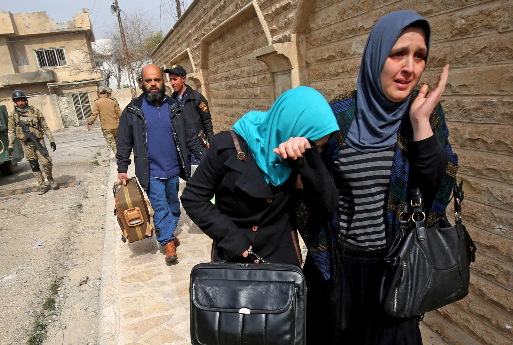 Mujeres iraquíes huyen del vecindario Jawasaq de Mosul. Foto: AFP