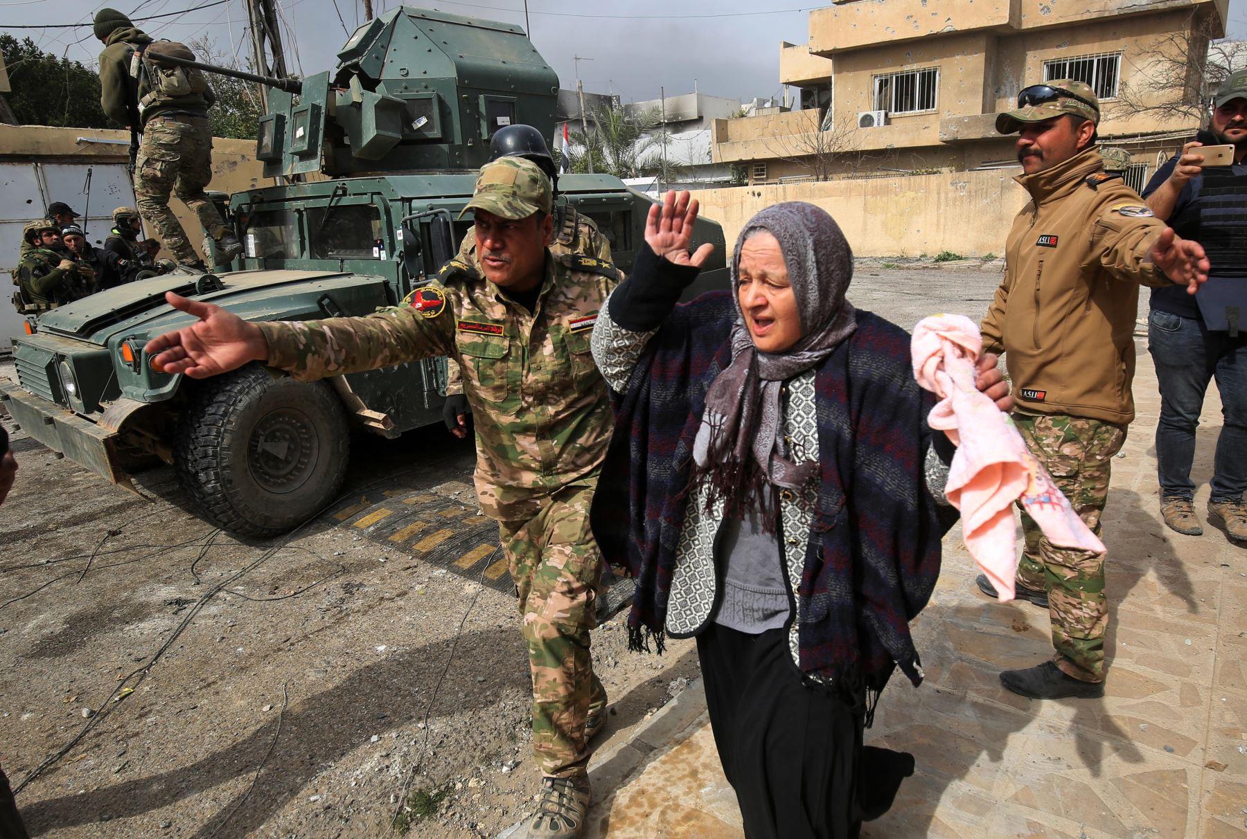 Familias iraquíes huyen del vecindario Jawasaq de Mosul. Foto: AFP