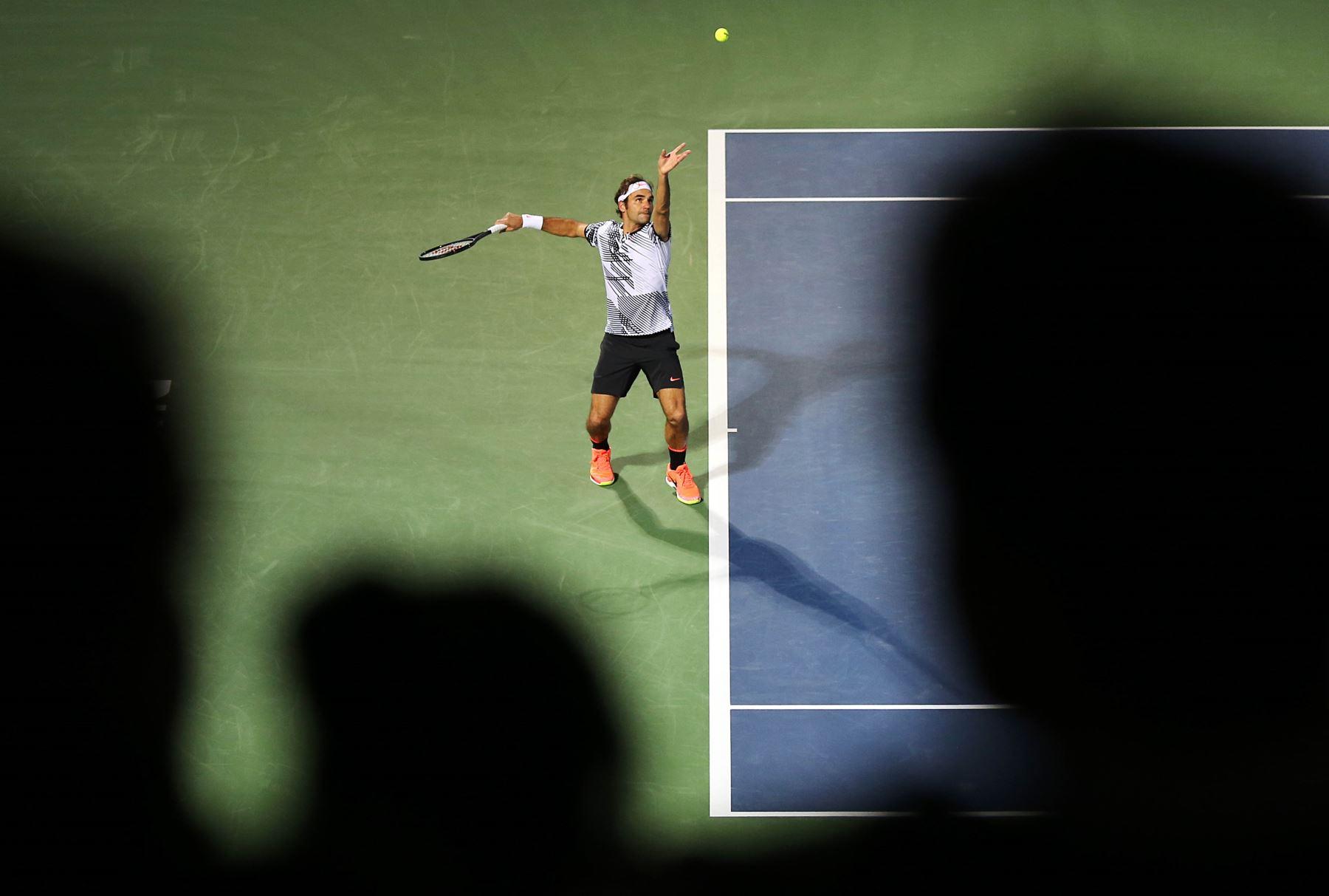 Roger Federer de Suiza sirve el balón al francés Benoit Paire durante su partido Dubai. Foto: AFP