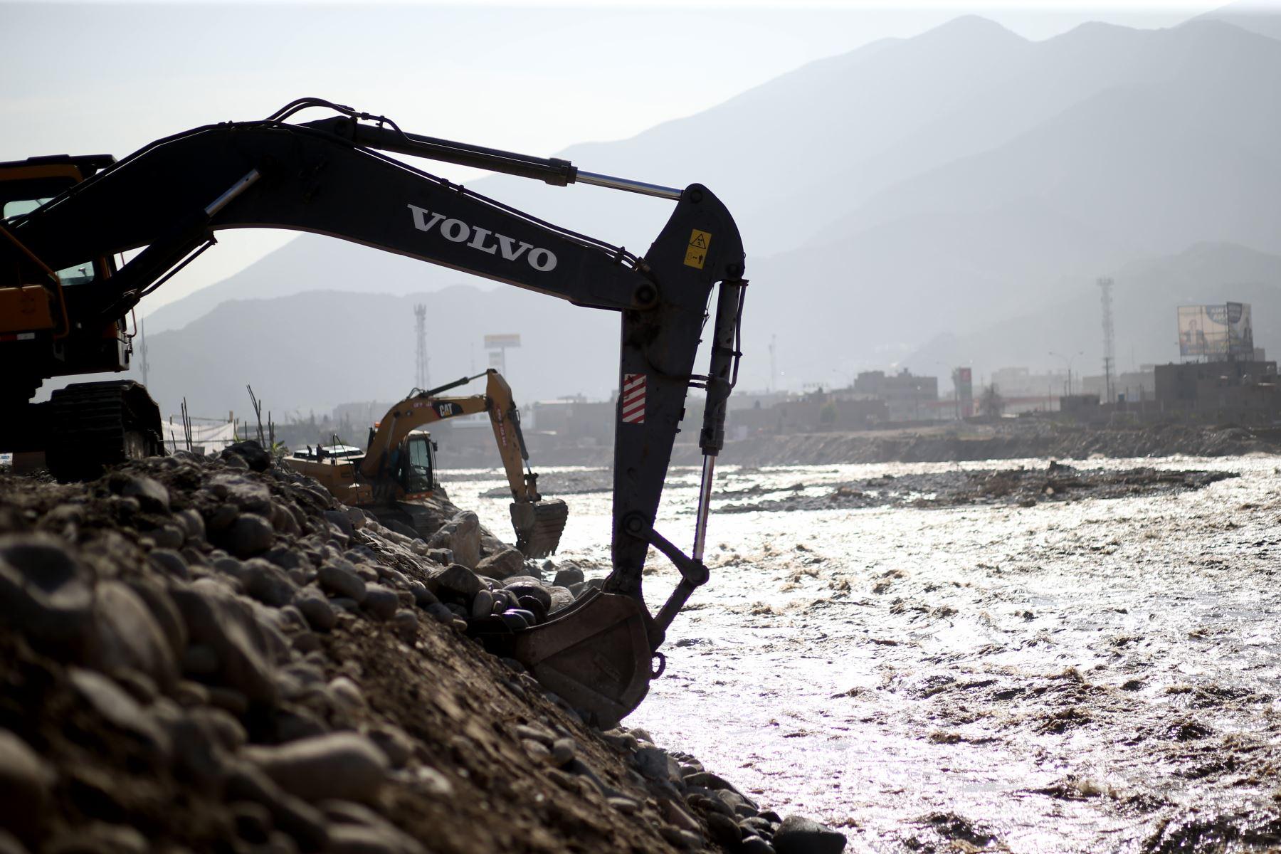 LIMA, PERÚ-MARZO 24.Trabajos de encuazamiento del río Rímac en Carapongo lugar donde se desbordo esta semana.Foto: ANDINA/Oscar Farje Gomero.