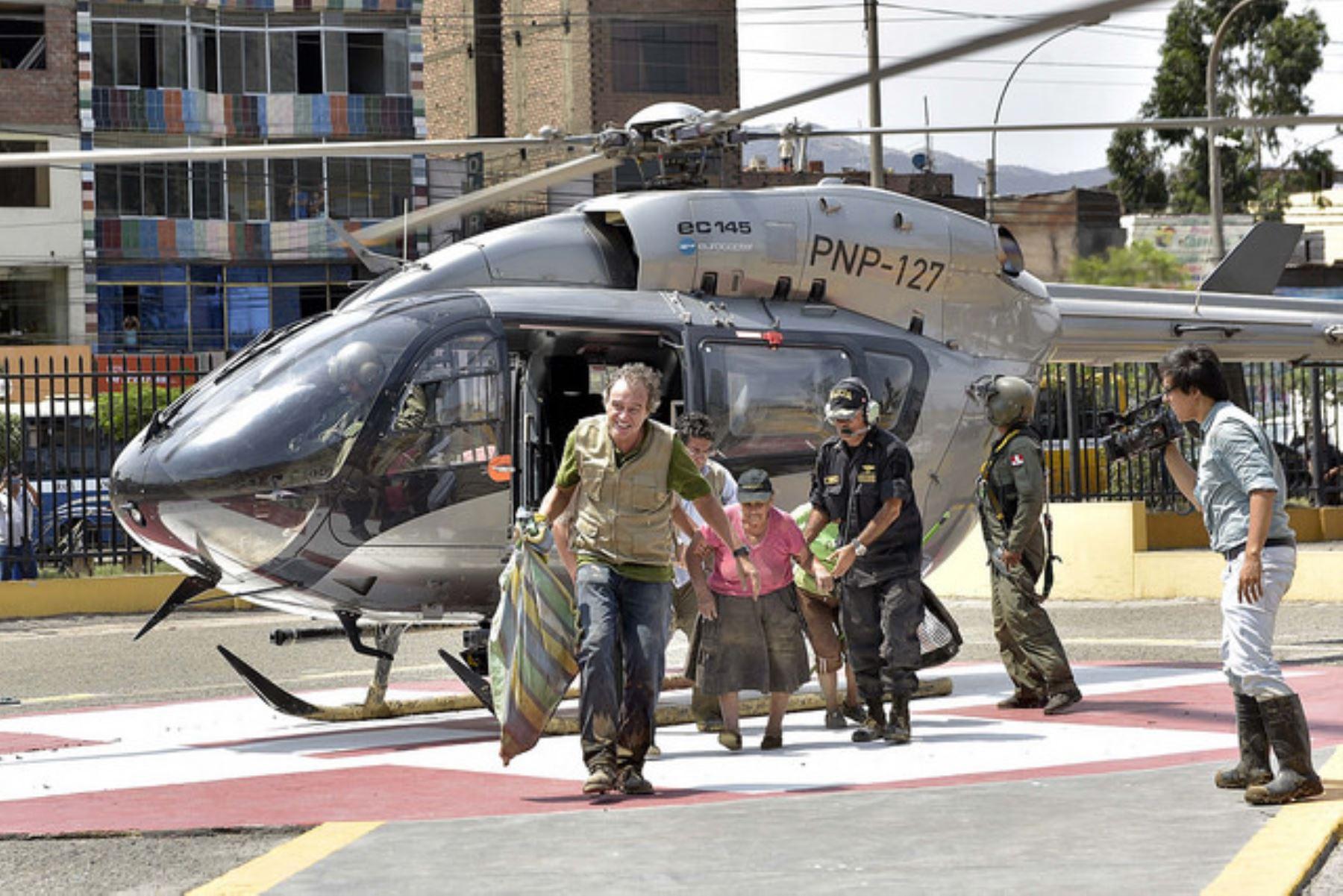 Más de 10 helicópteros antidrogas realizan labores de rescate entrega de víveres