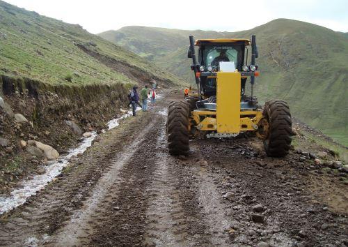 Gobierno Regional de Ayacucho envía maquinarias para atender emergencia vial en distrito de Paras.